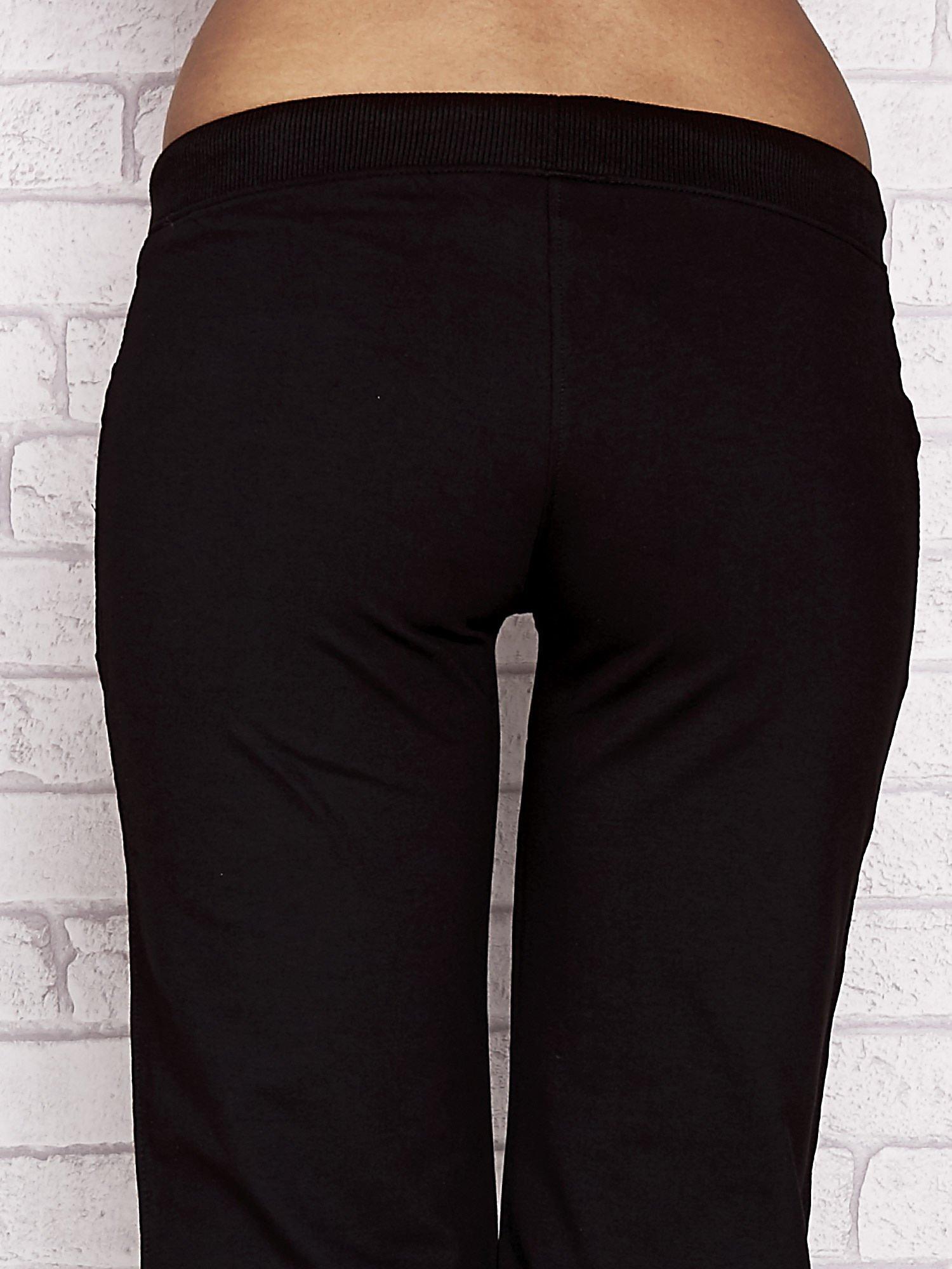 Czarne spodnie dresowe capri z dziewczęcymi nadrukami                                  zdj.                                  6