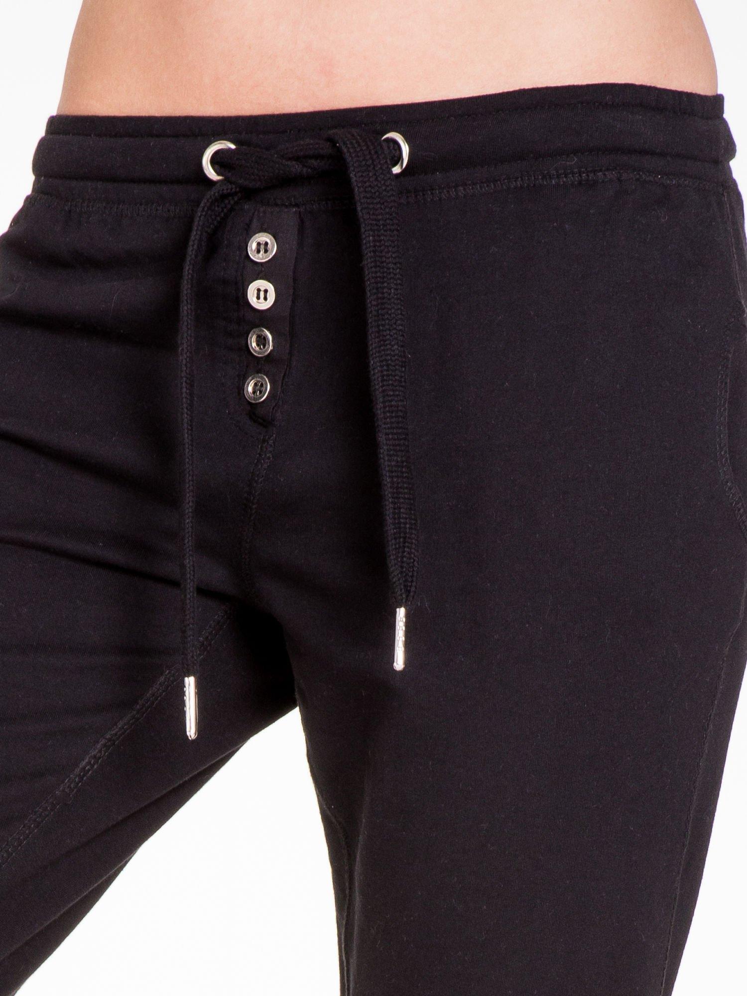 Czarne spodnie dresowe damskie z guziczkami                                  zdj.                                  5