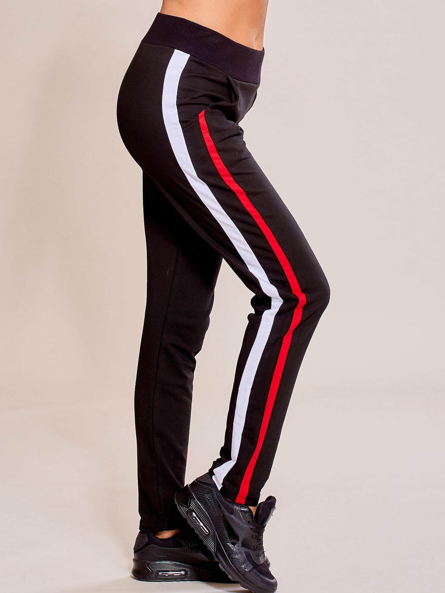 87c7e73adc9a18 Czarne spodnie dresowe damskie z podwójnymi lampasami - Spodnie ...