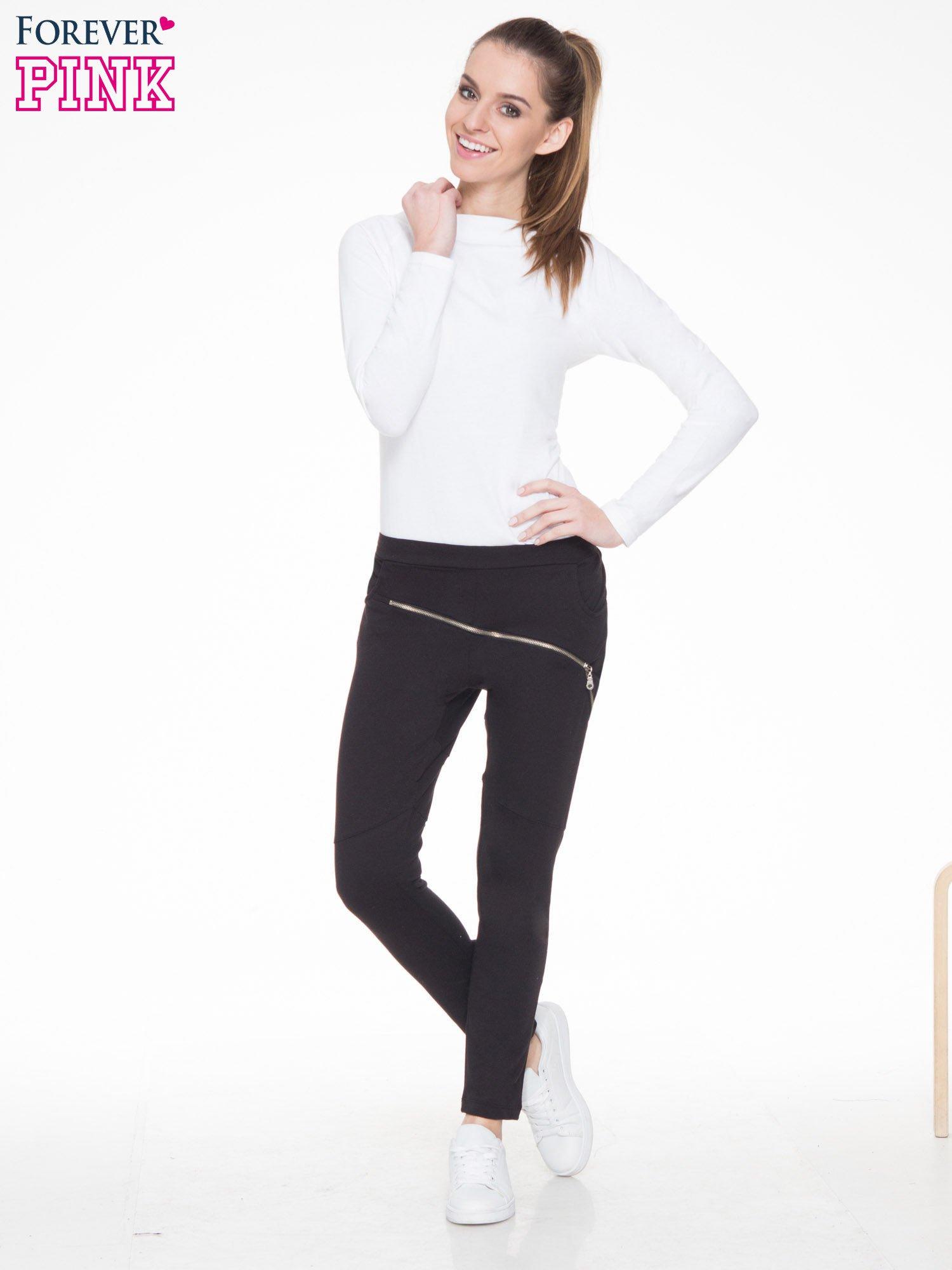 Czarne spodnie dresowe typu baggy z suwakiem                                  zdj.                                  2