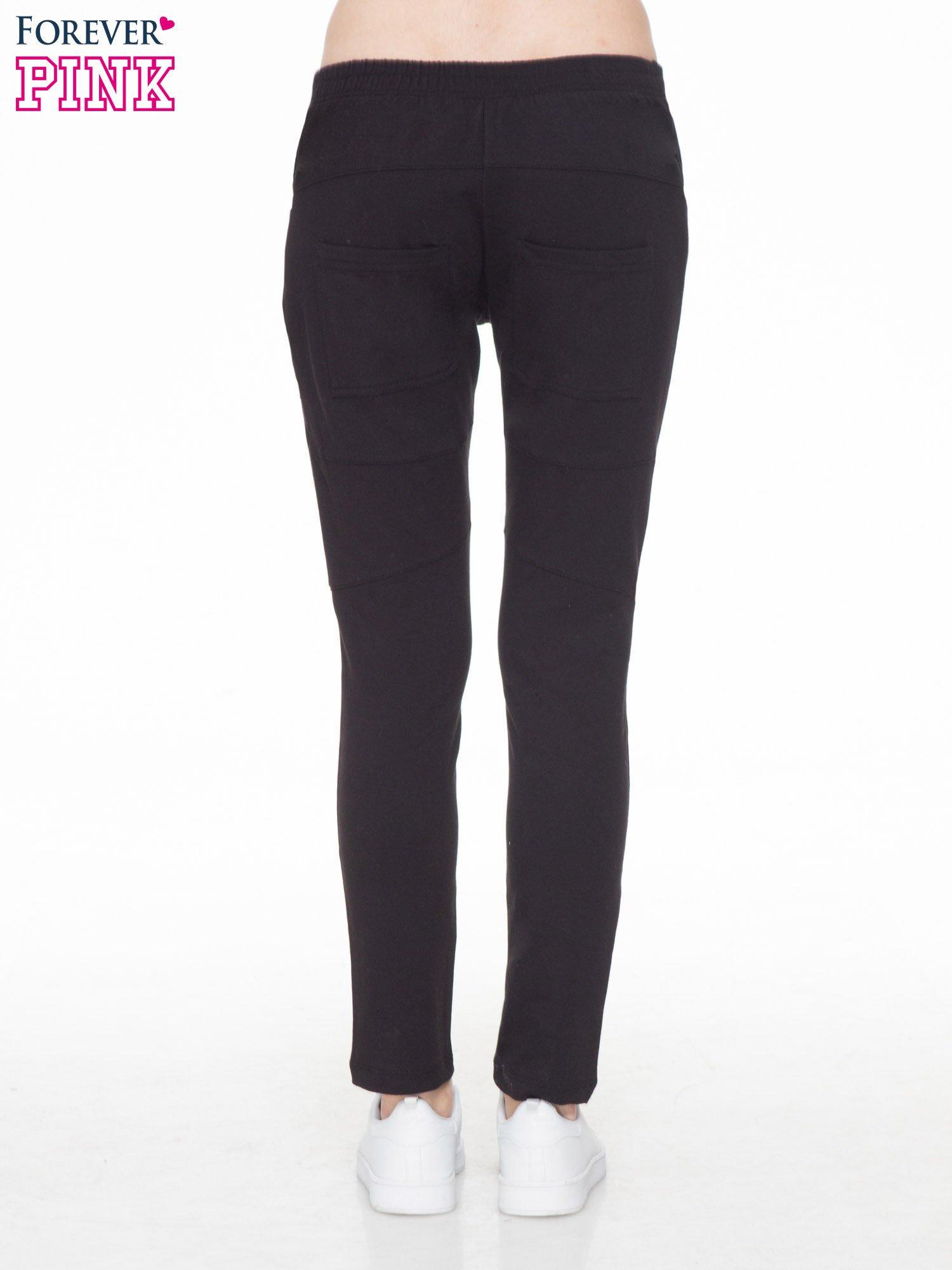 Czarne spodnie dresowe typu baggy z suwakiem                                  zdj.                                  4