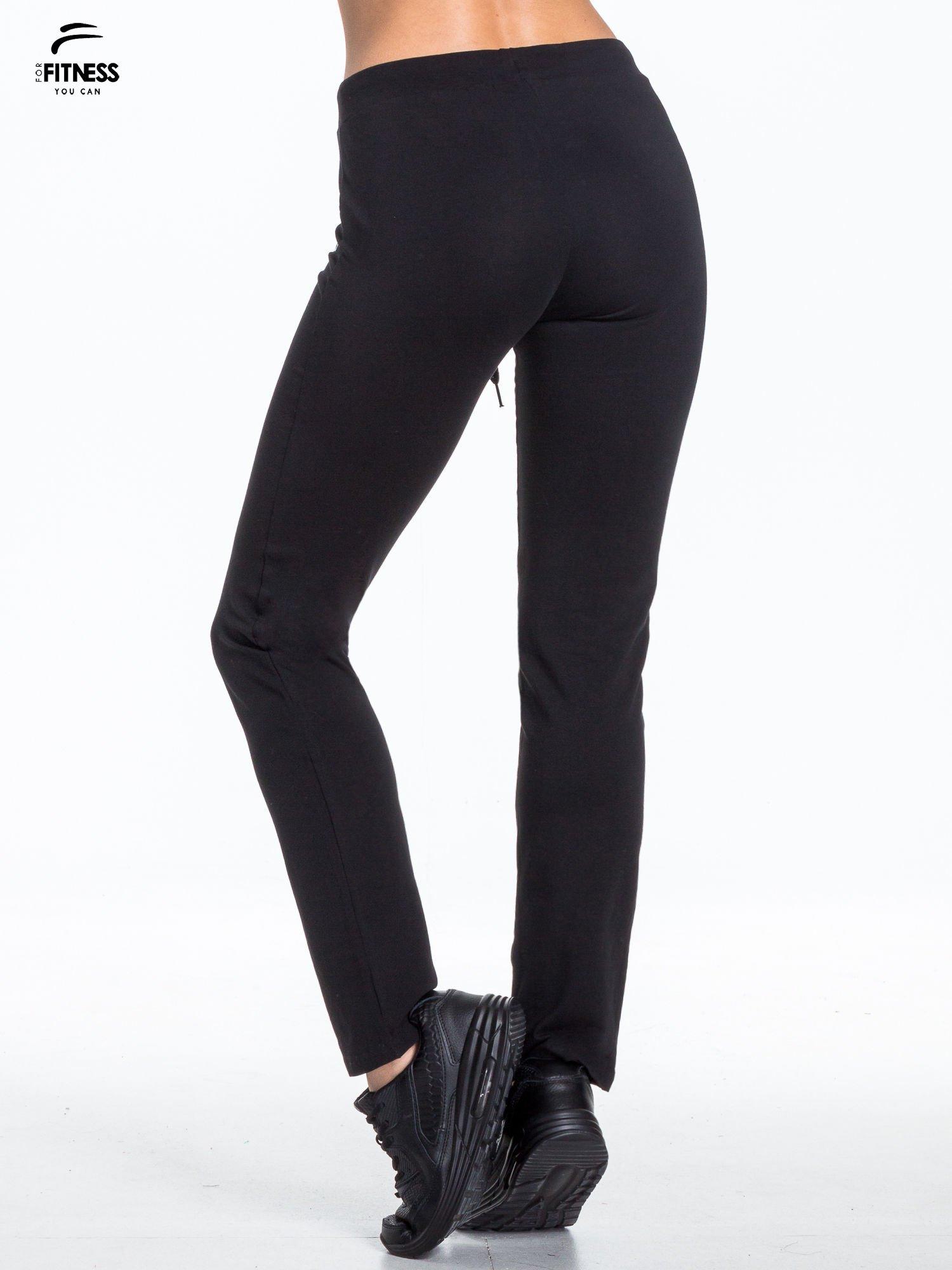 Czarne spodnie dresowe wiązane w pasie                                  zdj.                                  4