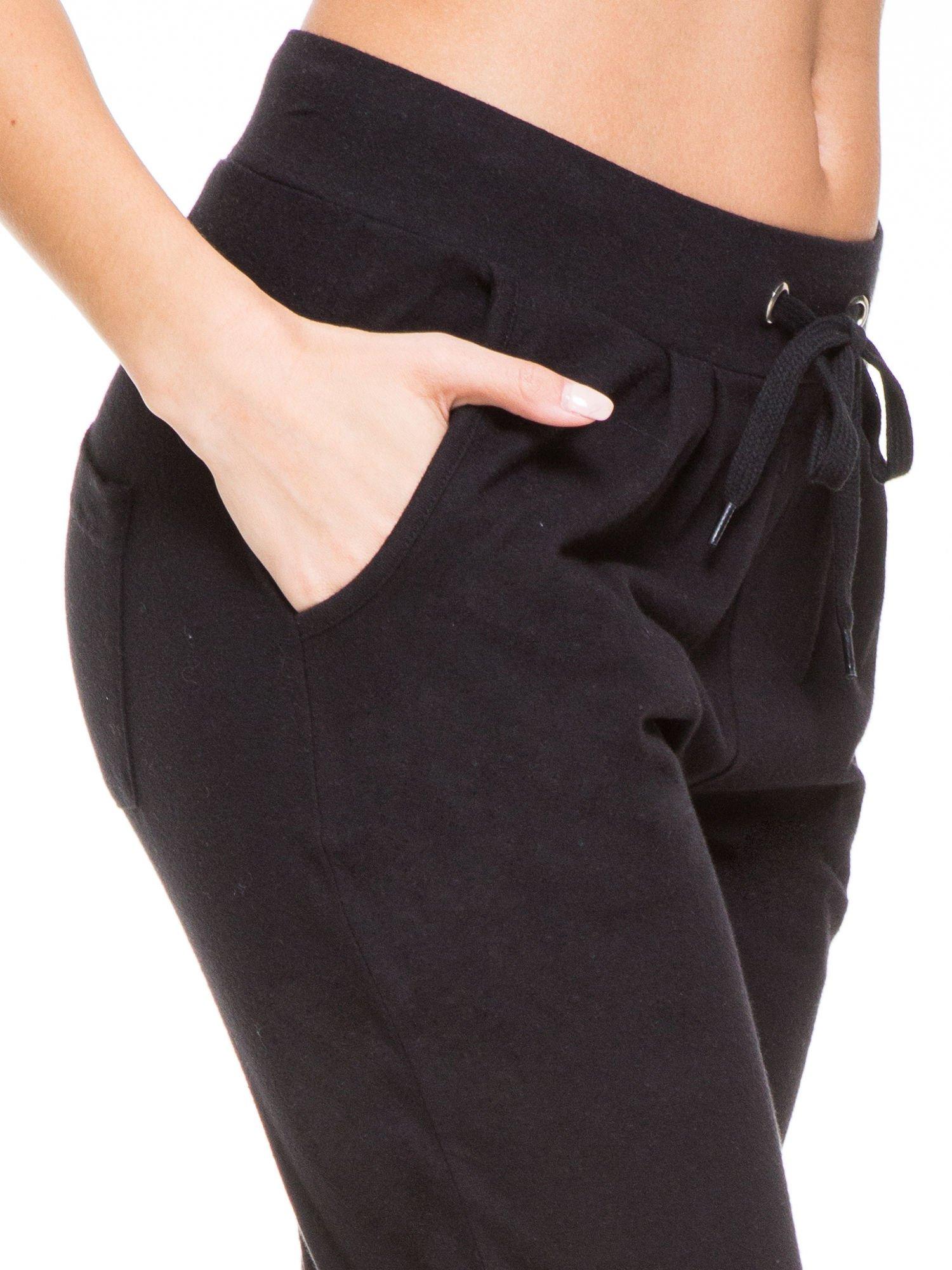Czarne spodnie dresowe wiązane w pasie                                  zdj.                                  7