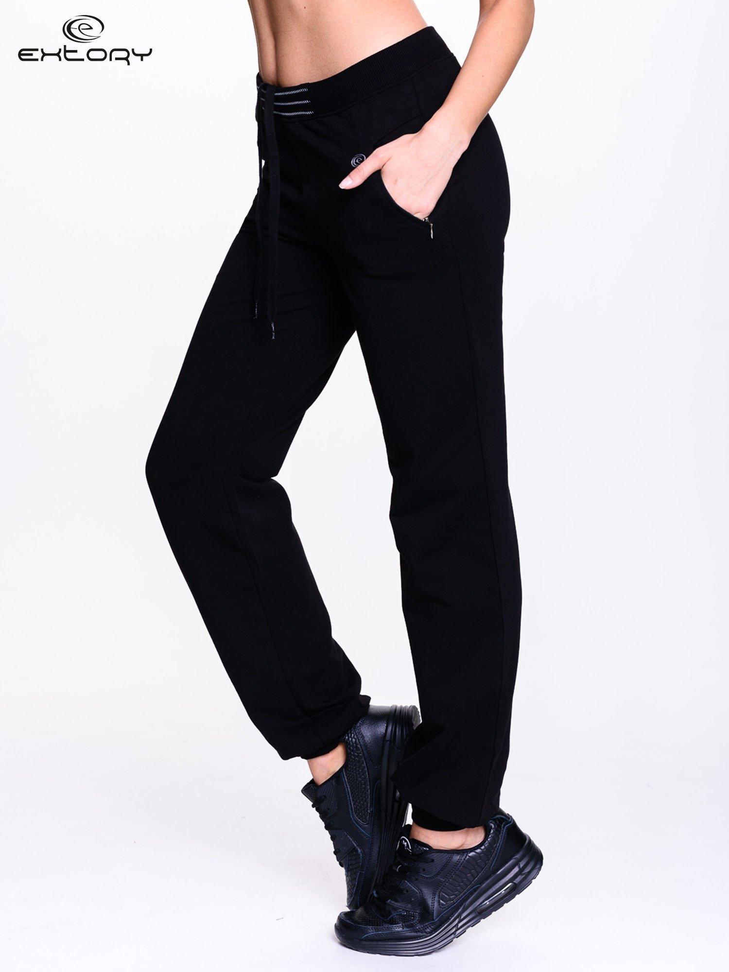 Czarne spodnie dresowe z elastyczną gumką w pasie PLUS SIZE                                  zdj.                                  3