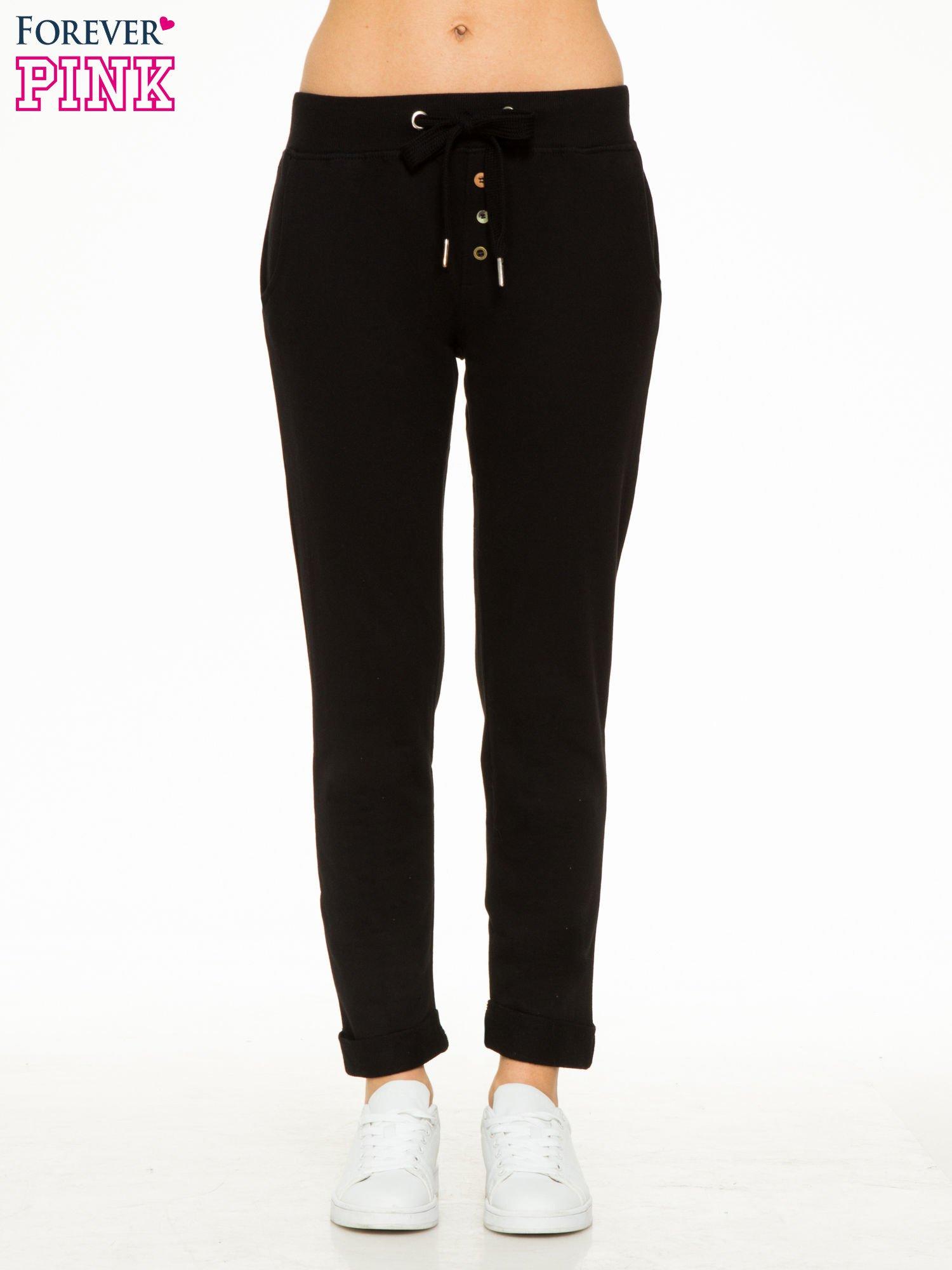 Czarne spodnie dresowe z guzikami wiązane w pasie                                  zdj.                                  1