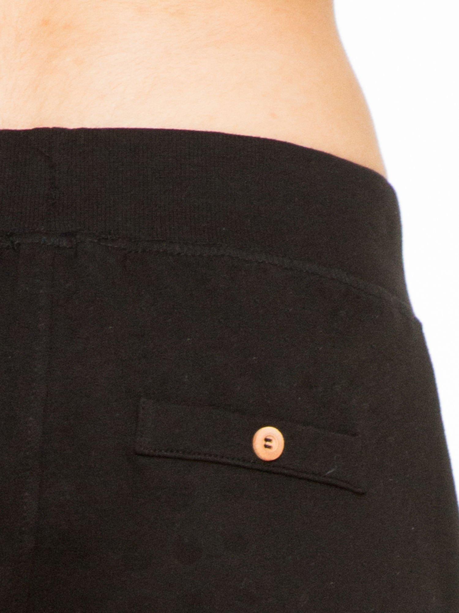 Czarne spodnie dresowe z guzikami wiązane w pasie                                  zdj.                                  6