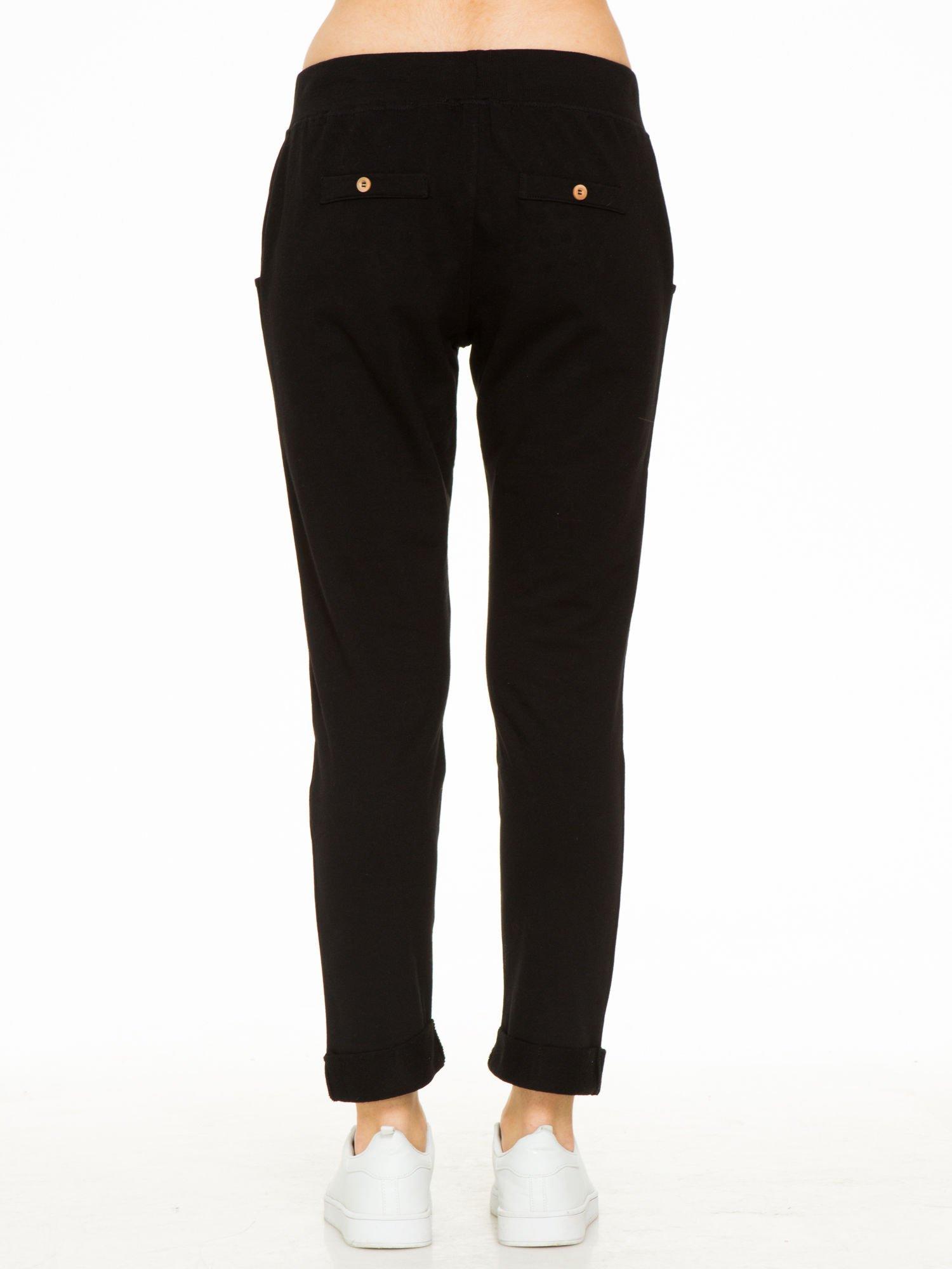 Czarne spodnie dresowe z guzikami wiązane w pasie                                  zdj.                                  8