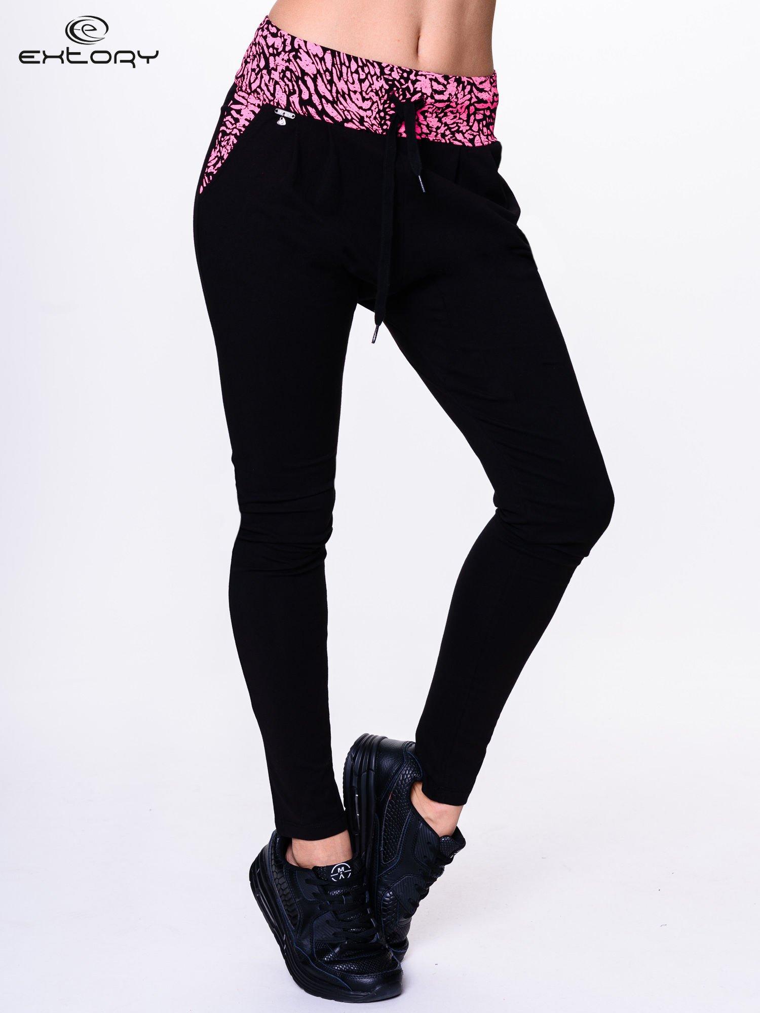 Czarne spodnie dresowe z koralowym pasem w panterkę                                  zdj.                                  1
