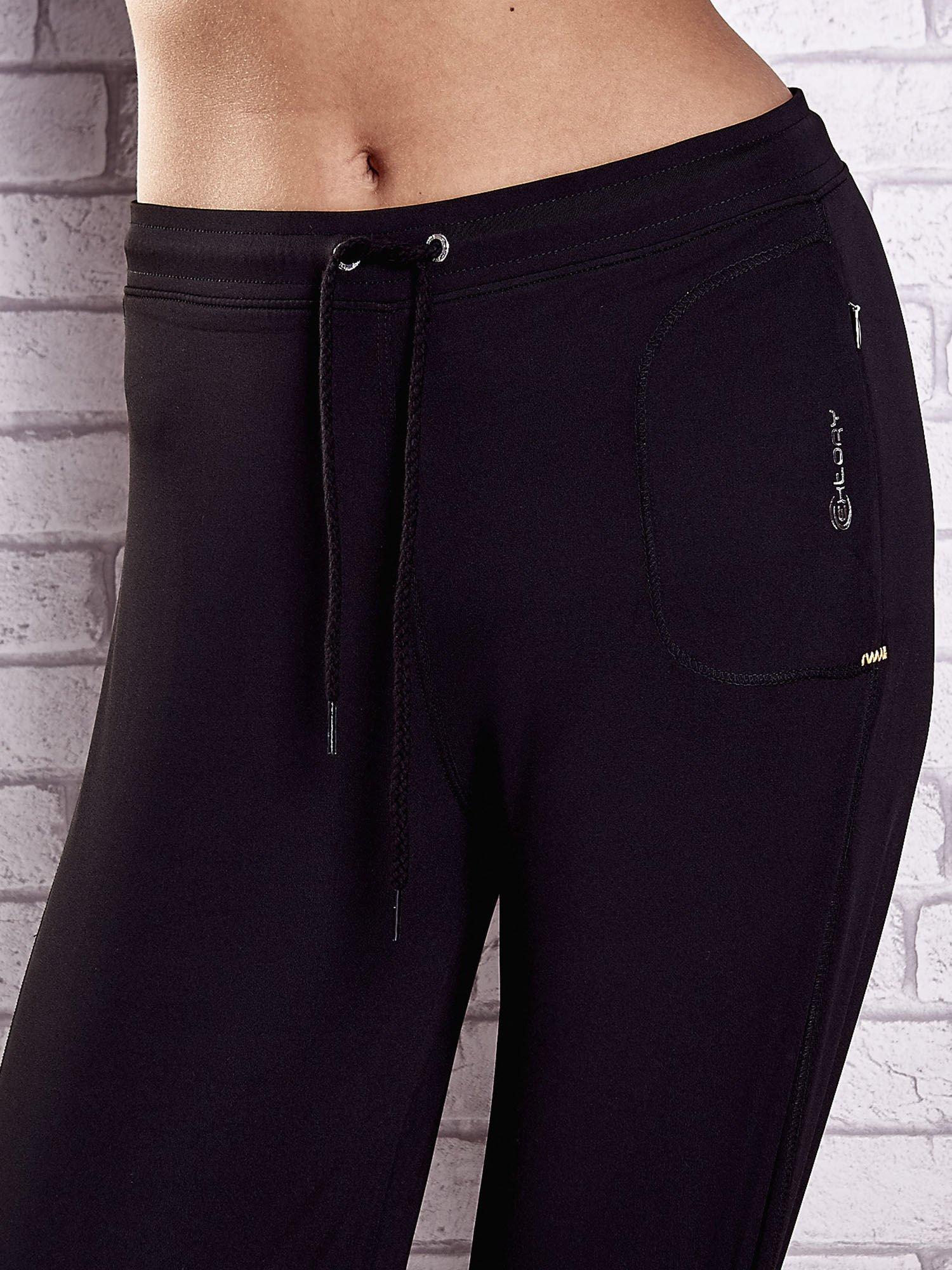 Czarne spodnie dresowe z wszytą kieszonką i troczkami                                  zdj.                                  4