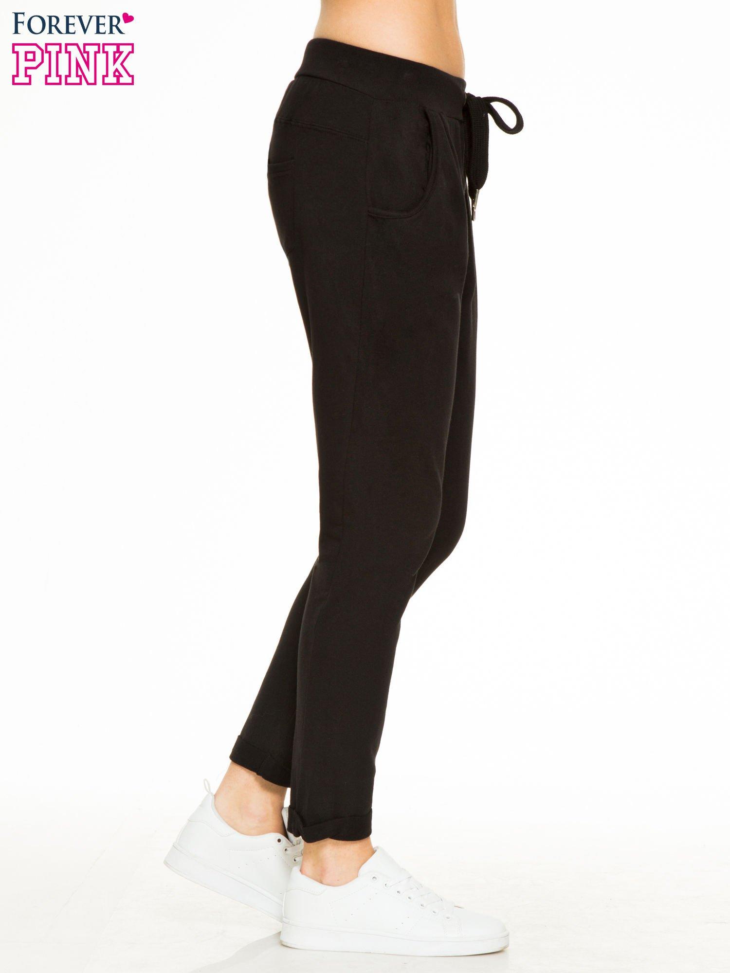 Czarne spodnie dresowe z wywijanymi nogawkami                                  zdj.                                  3