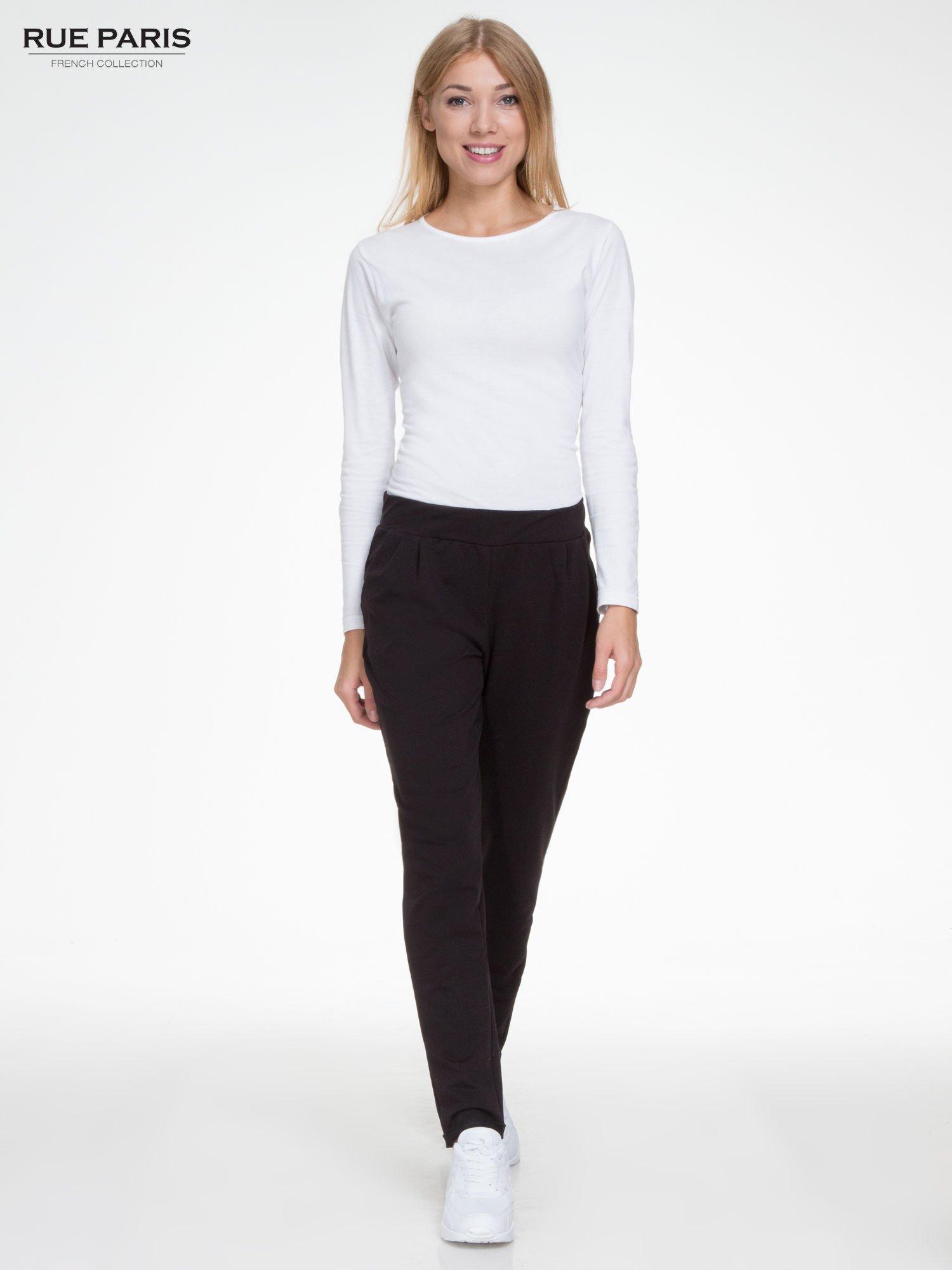 Czarne spodnie dresowe z zakładkami przy kieszeniach                                  zdj.                                  2