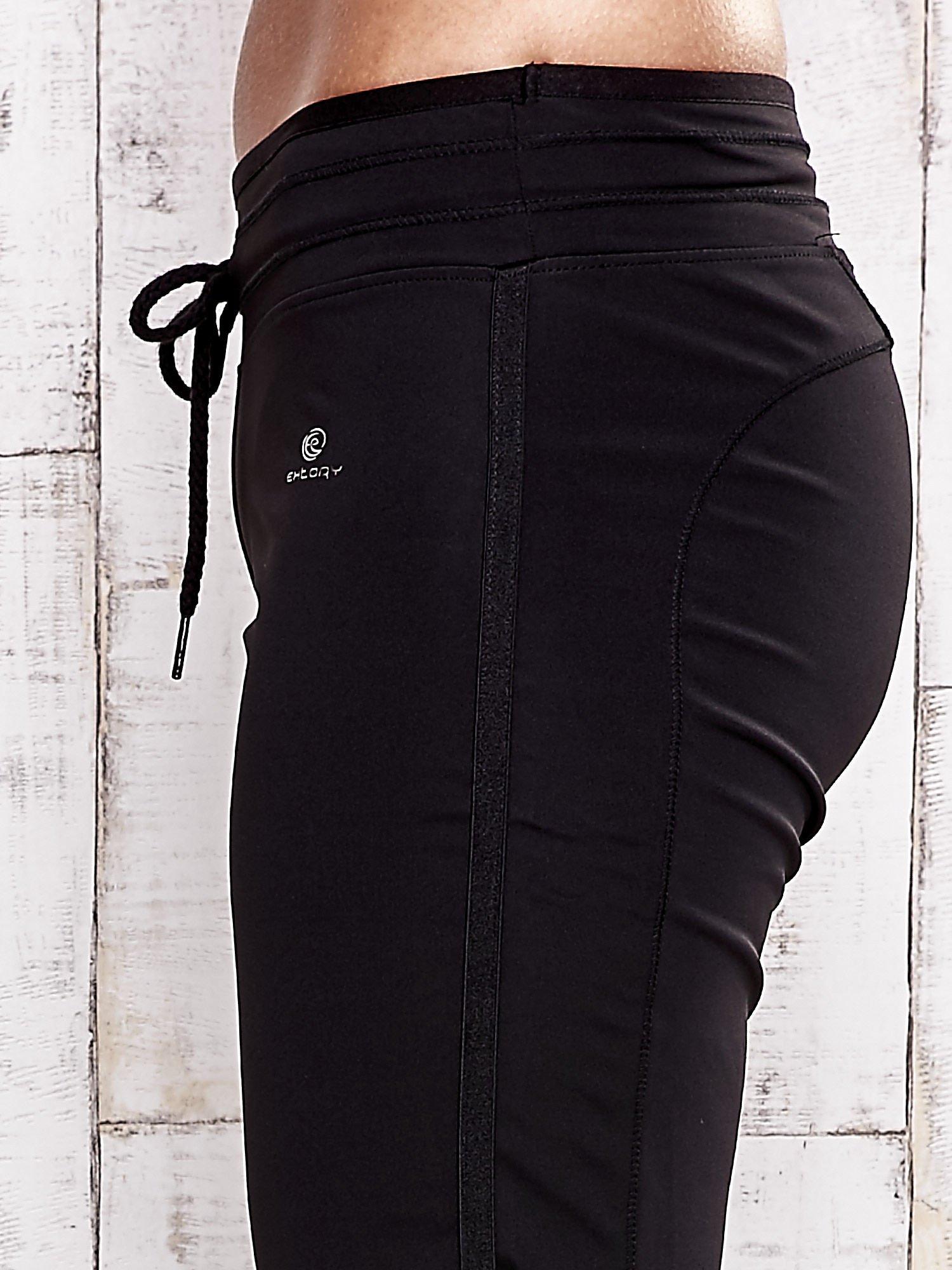 Czarne spodnie dresowe ze ściągaczem                                  zdj.                                  5