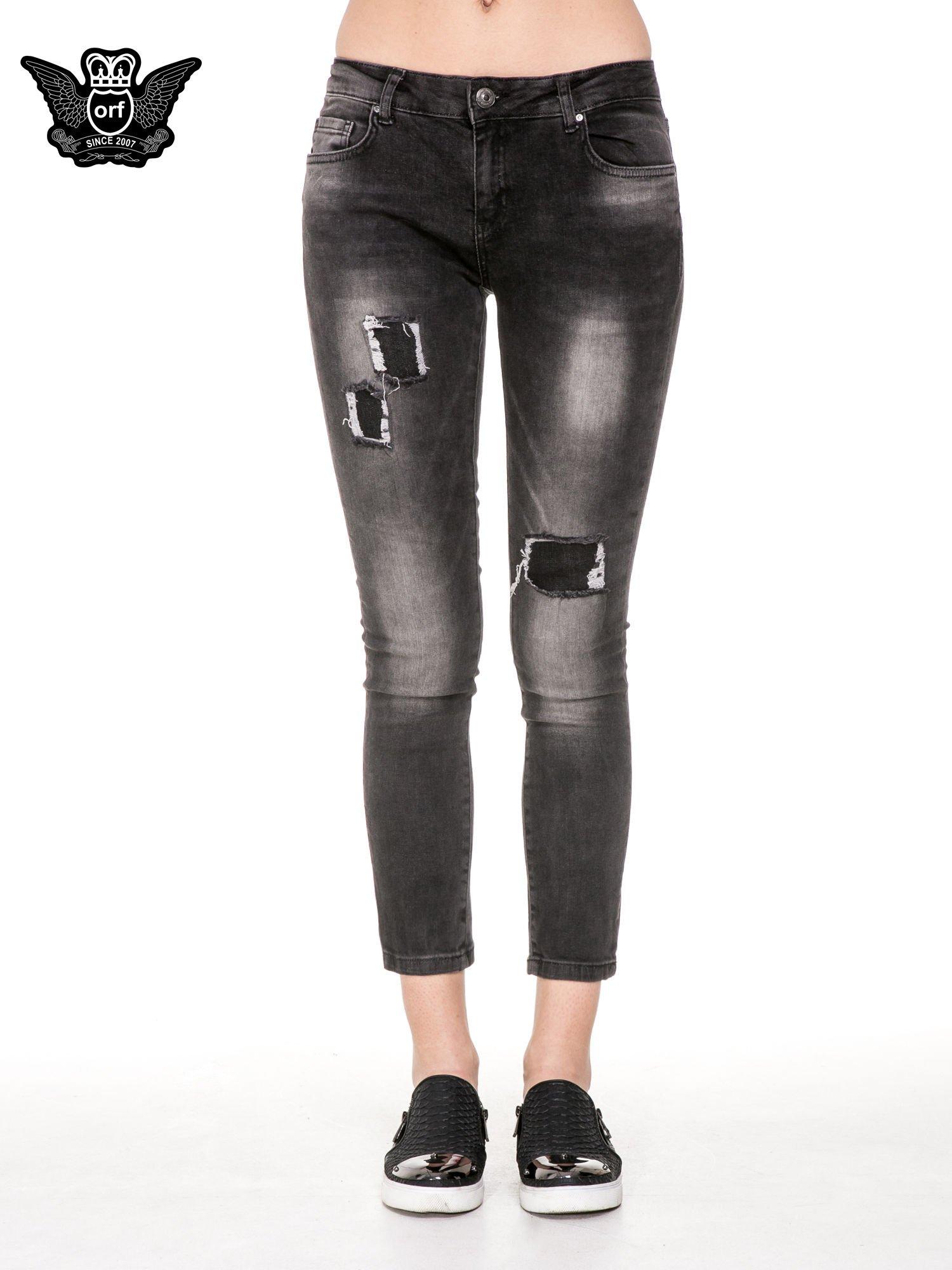 Czarne spodnie jeansowe 7/8 z przetarciami i łatami                                  zdj.                                  5