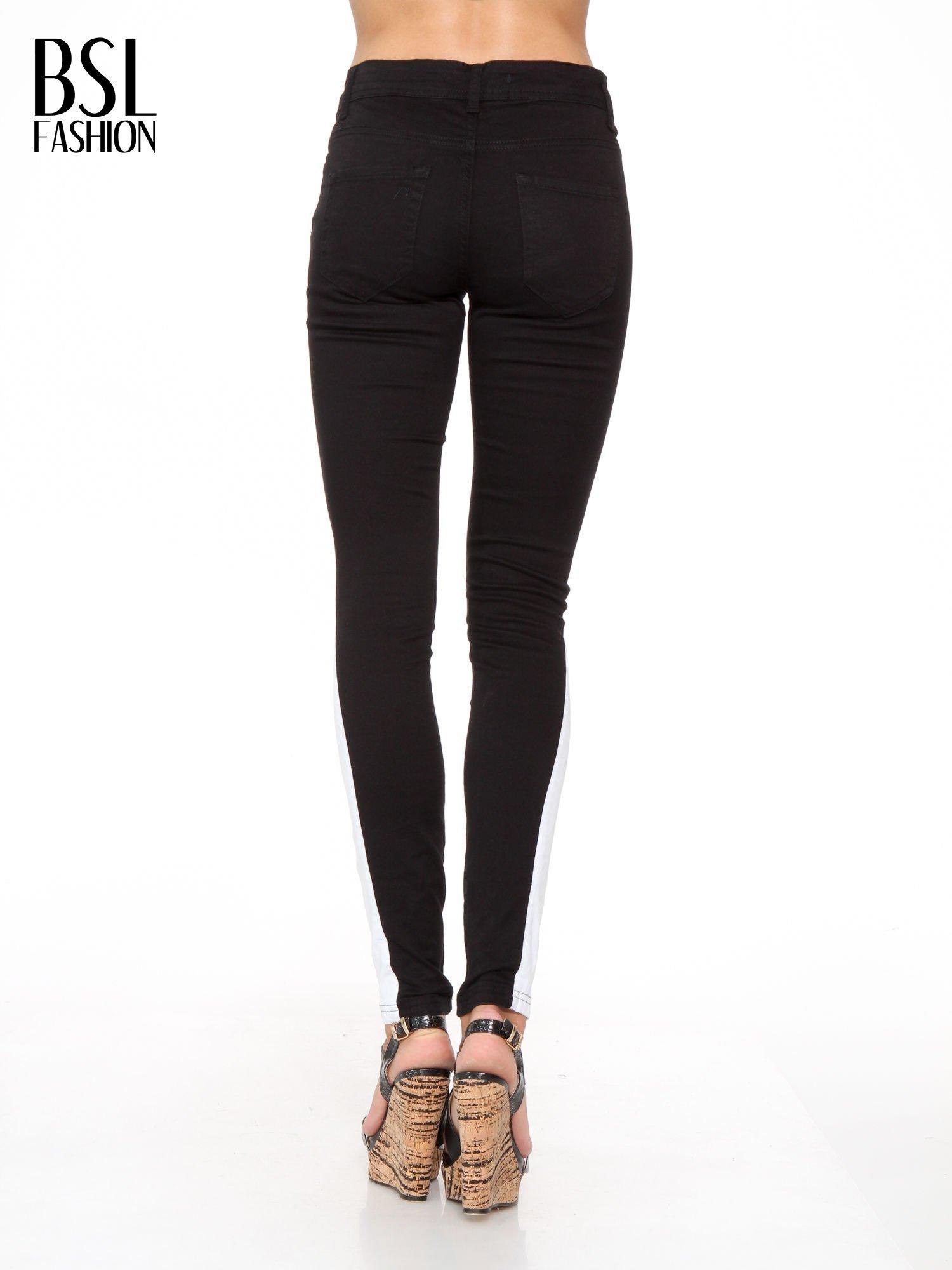 Czarne spodnie jeansowe two tone z białymi modułami na dole                                  zdj.                                  4