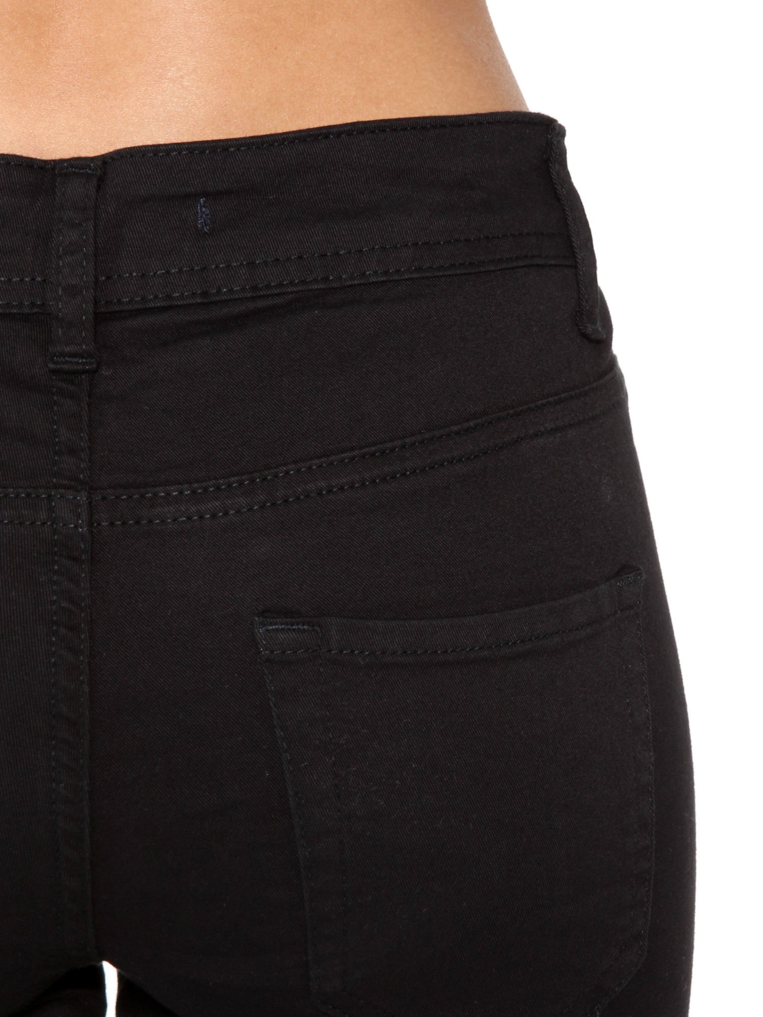 Czarne spodnie jeansowe two tone z białymi modułami na dole                                  zdj.                                  6