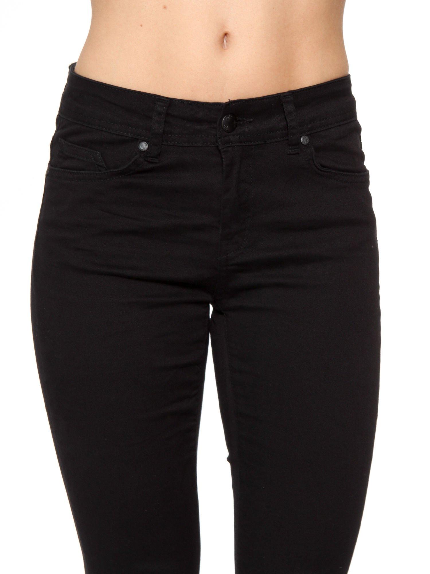 Czarne spodnie jeansowe two tone z białymi modułami na dole                                  zdj.                                  9
