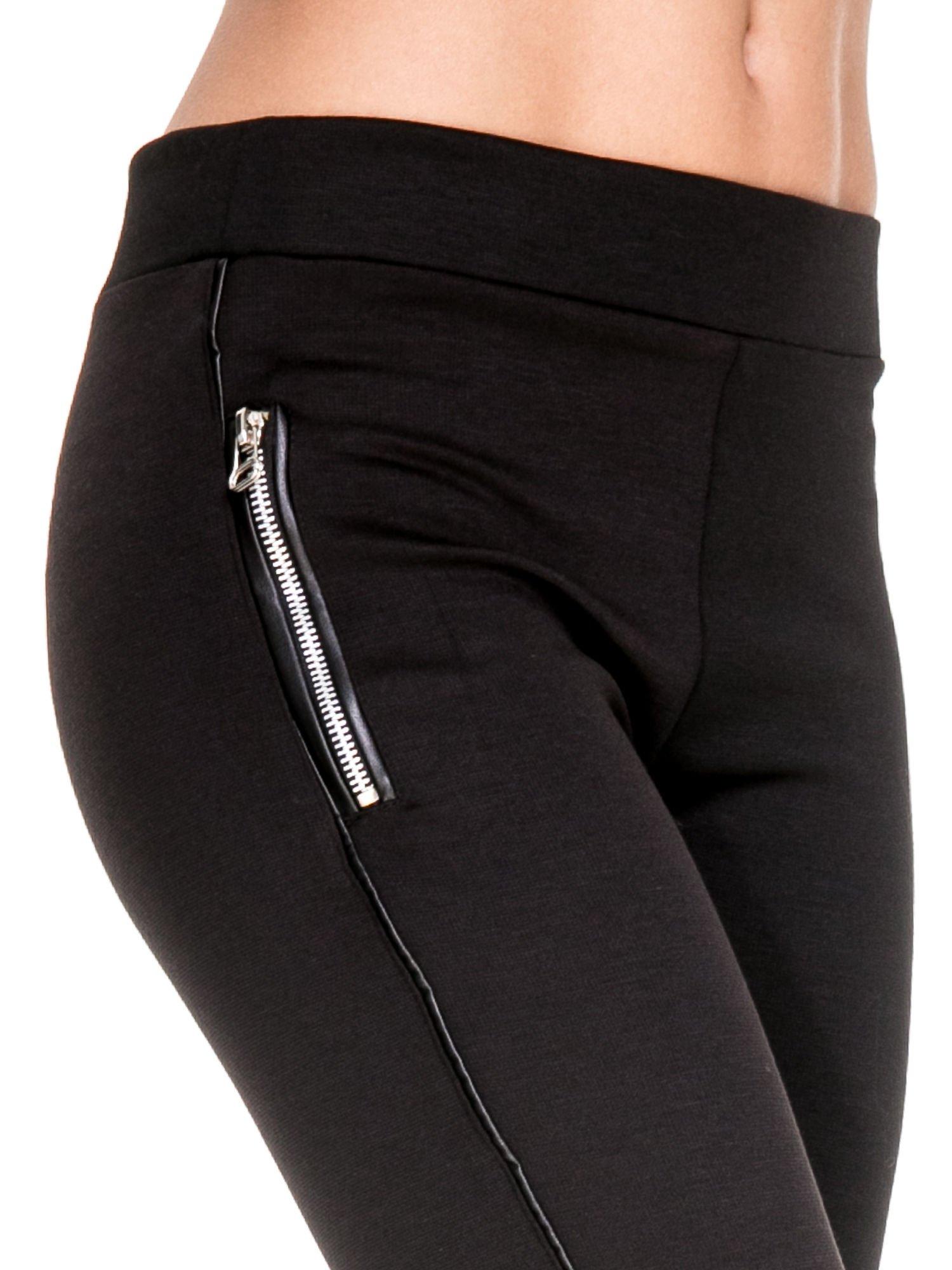 Czarne spodnie materiałowe tregginsy ze skórzanym lampasem i zamkami                                  zdj.                                  6