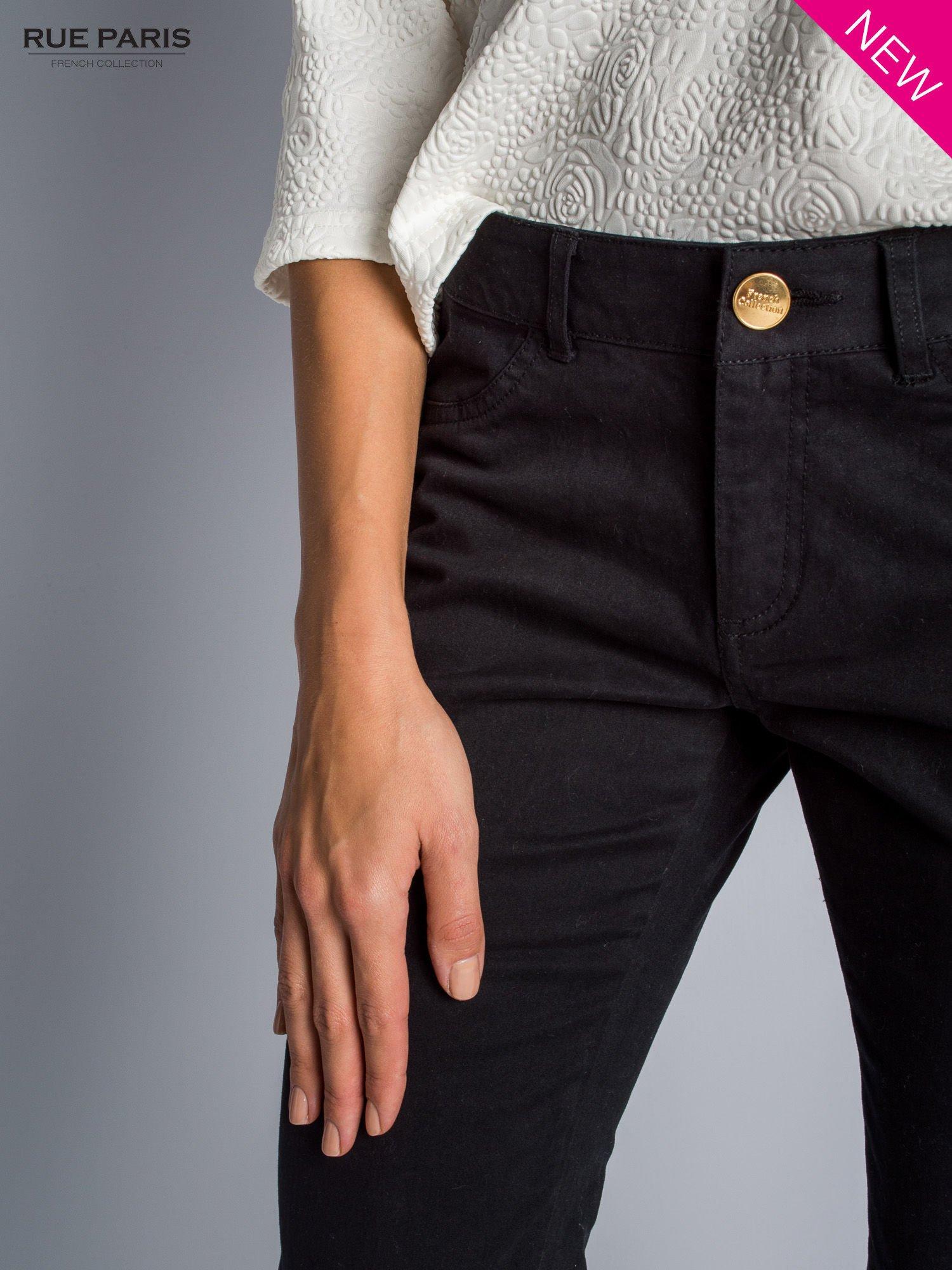 Czarne spodnie materiałowe w stylu chinos                                  zdj.                                  3