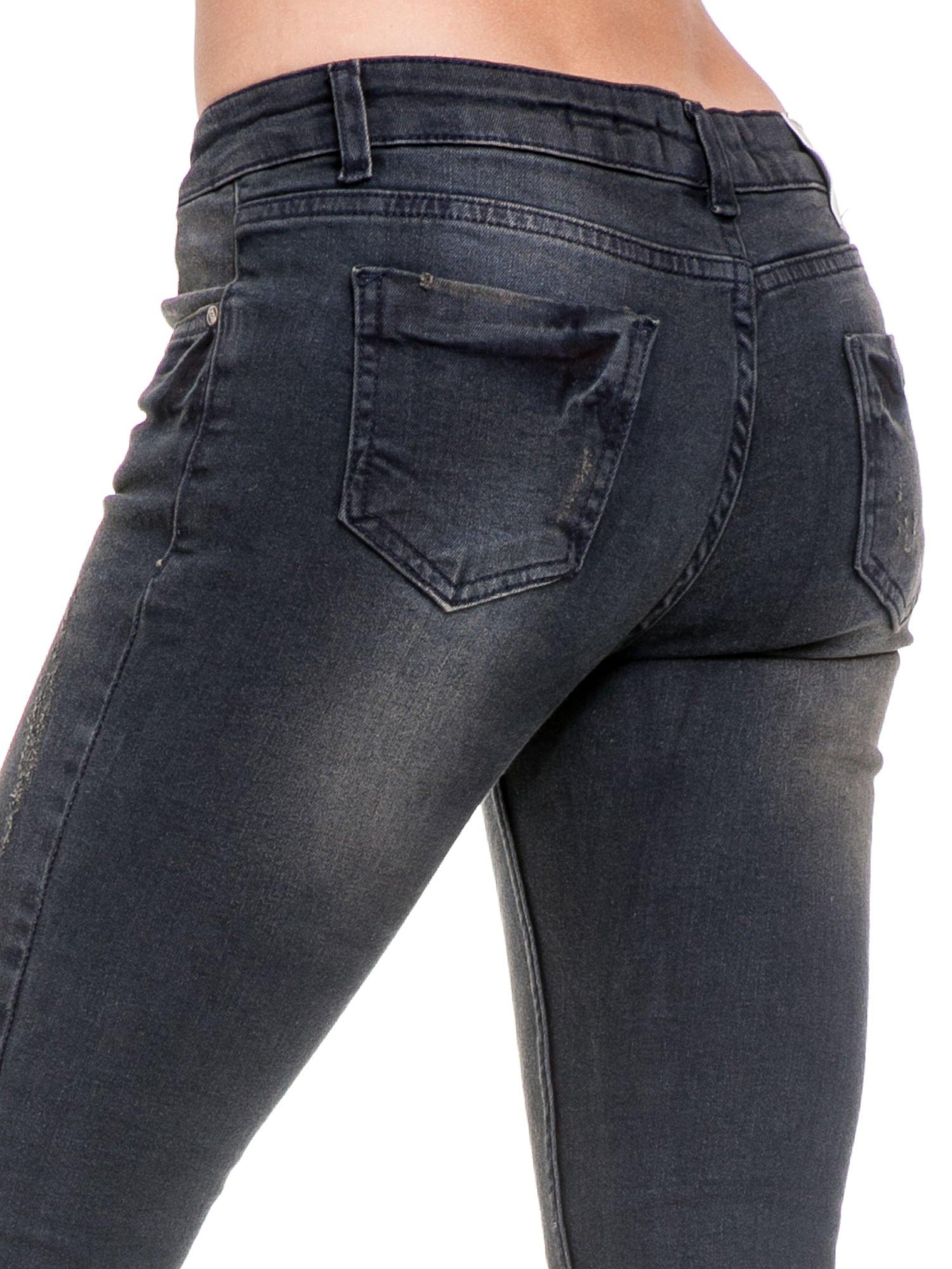 Czarne spodnie skinny jeans z rozjaśnianą nogawką z delikatnymi przetarciami                                  zdj.                                  7