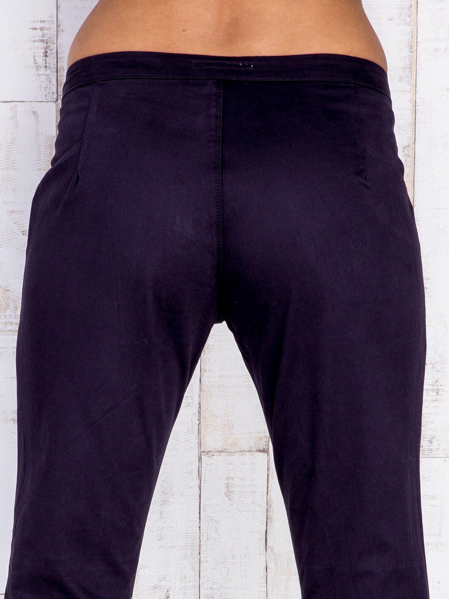 Czarne spodnie z kieszeniami na suwak                                  zdj.                                  5