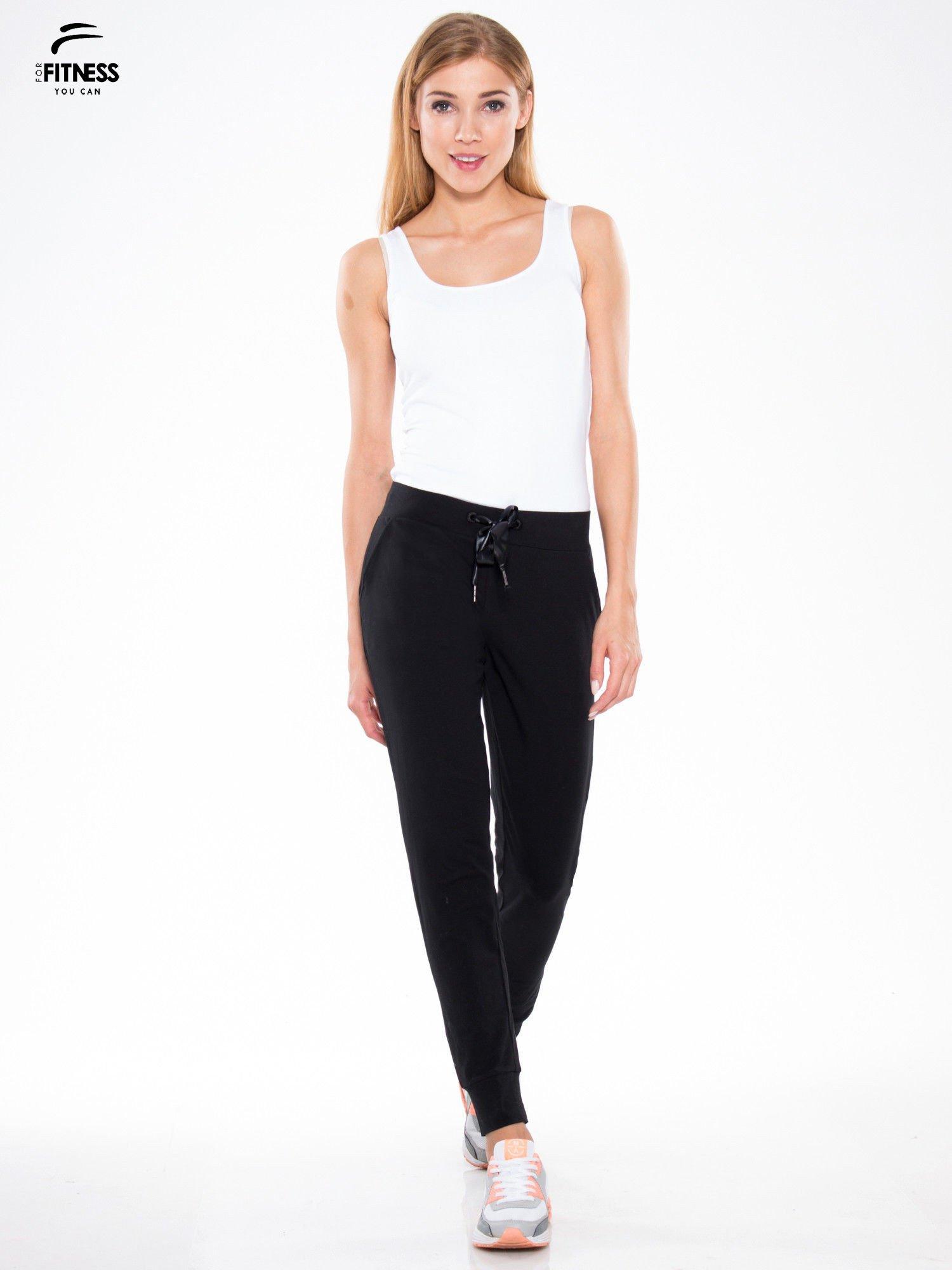 Czarne wąskie spodnie dresowe wiązane w pasie na wstążkę                                  zdj.                                  2