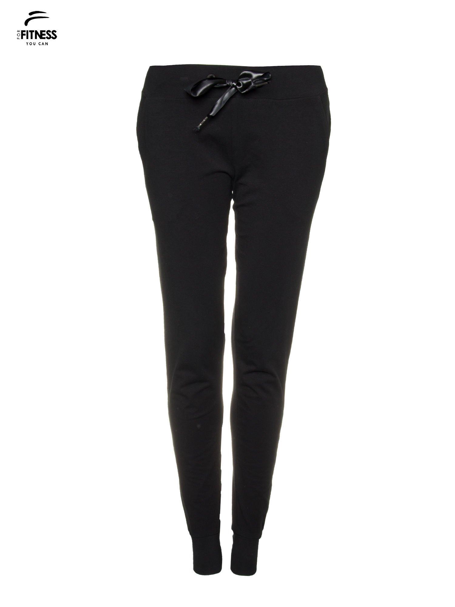 Czarne wąskie spodnie dresowe wiązane w pasie na wstążkę                                  zdj.                                  5