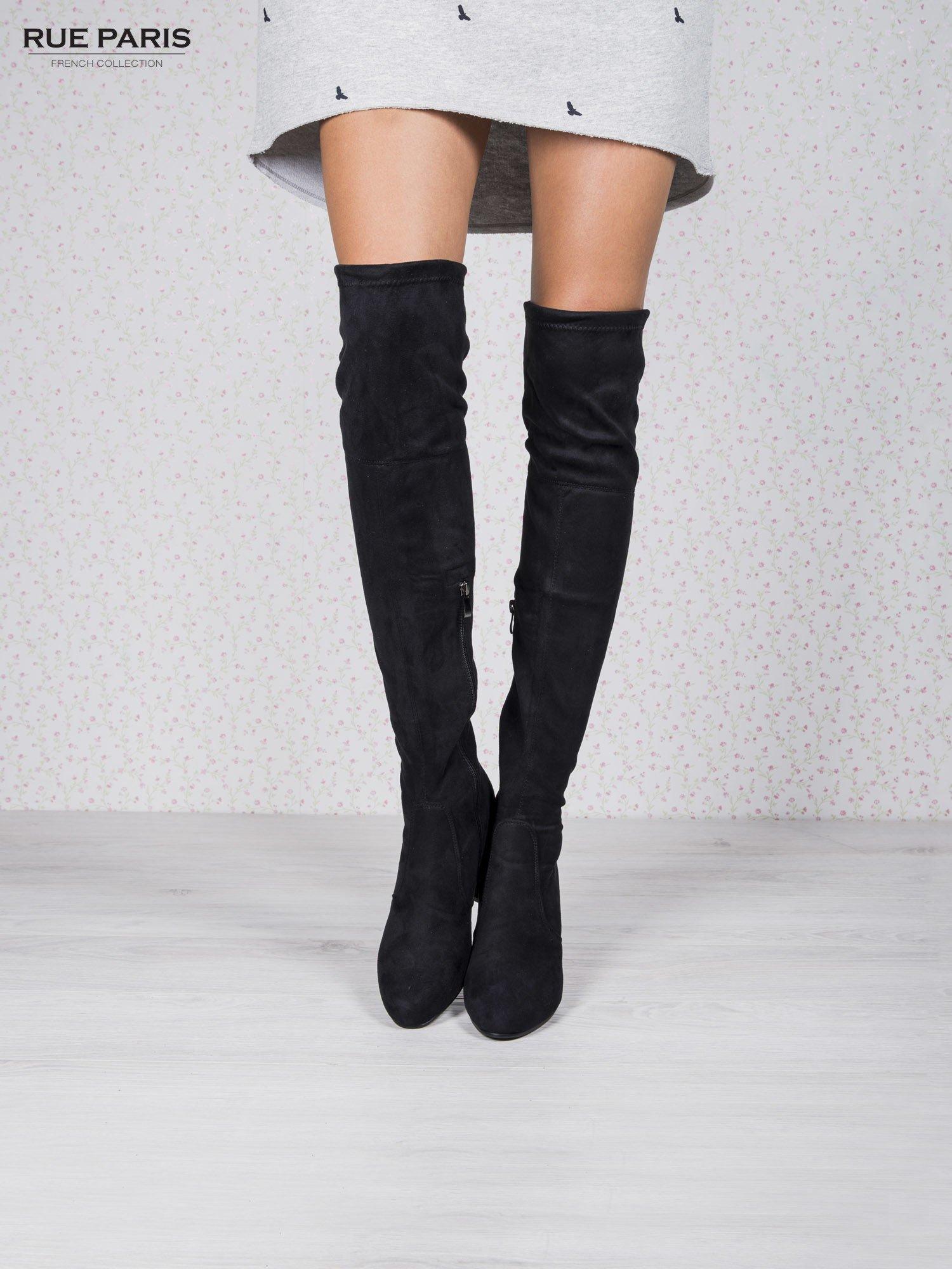 Czarne zamszowe kozaki za kolano na grubym obcasie                                  zdj.                                  1