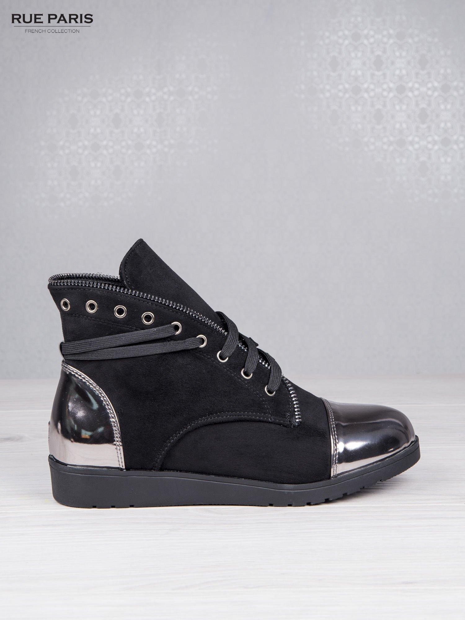 Czarne zamszowe sneakersy Alanza z ozdobnym suwakiem i lustrzanymi wstawkami                                  zdj.                                  1