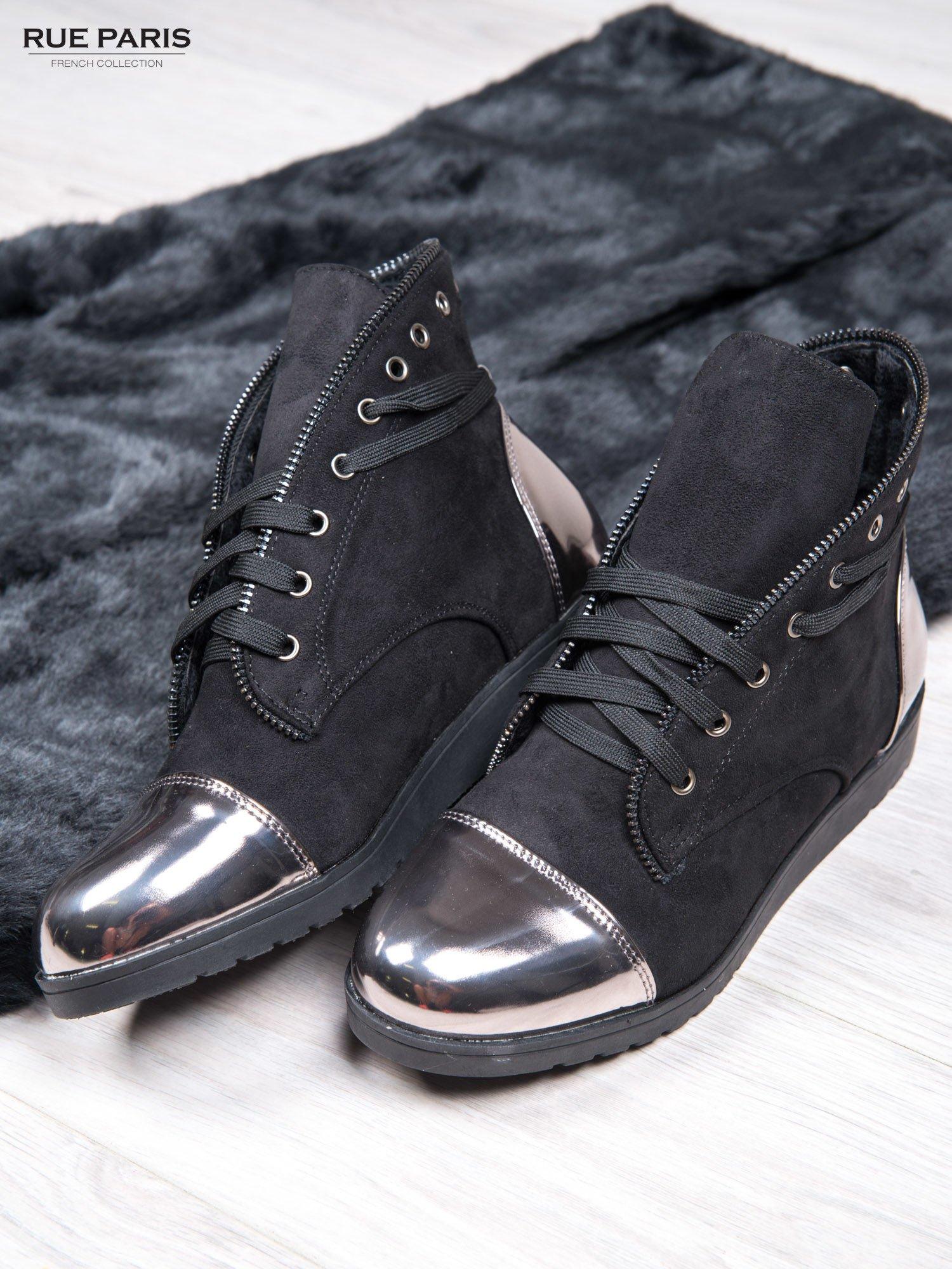 Czarne zamszowe sneakersy Alanza z ozdobnym suwakiem i lustrzanymi wstawkami                                  zdj.                                  2