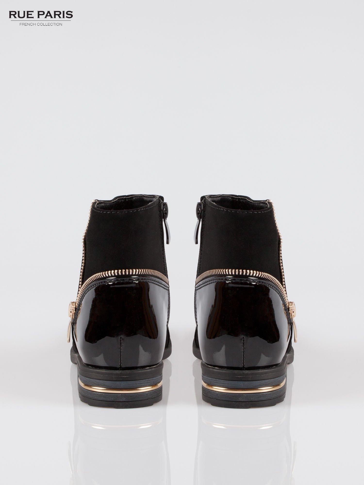 Czarne zamszowo-lakierowane botki ze złotymi suwakami i obcasem                                  zdj.                                  3