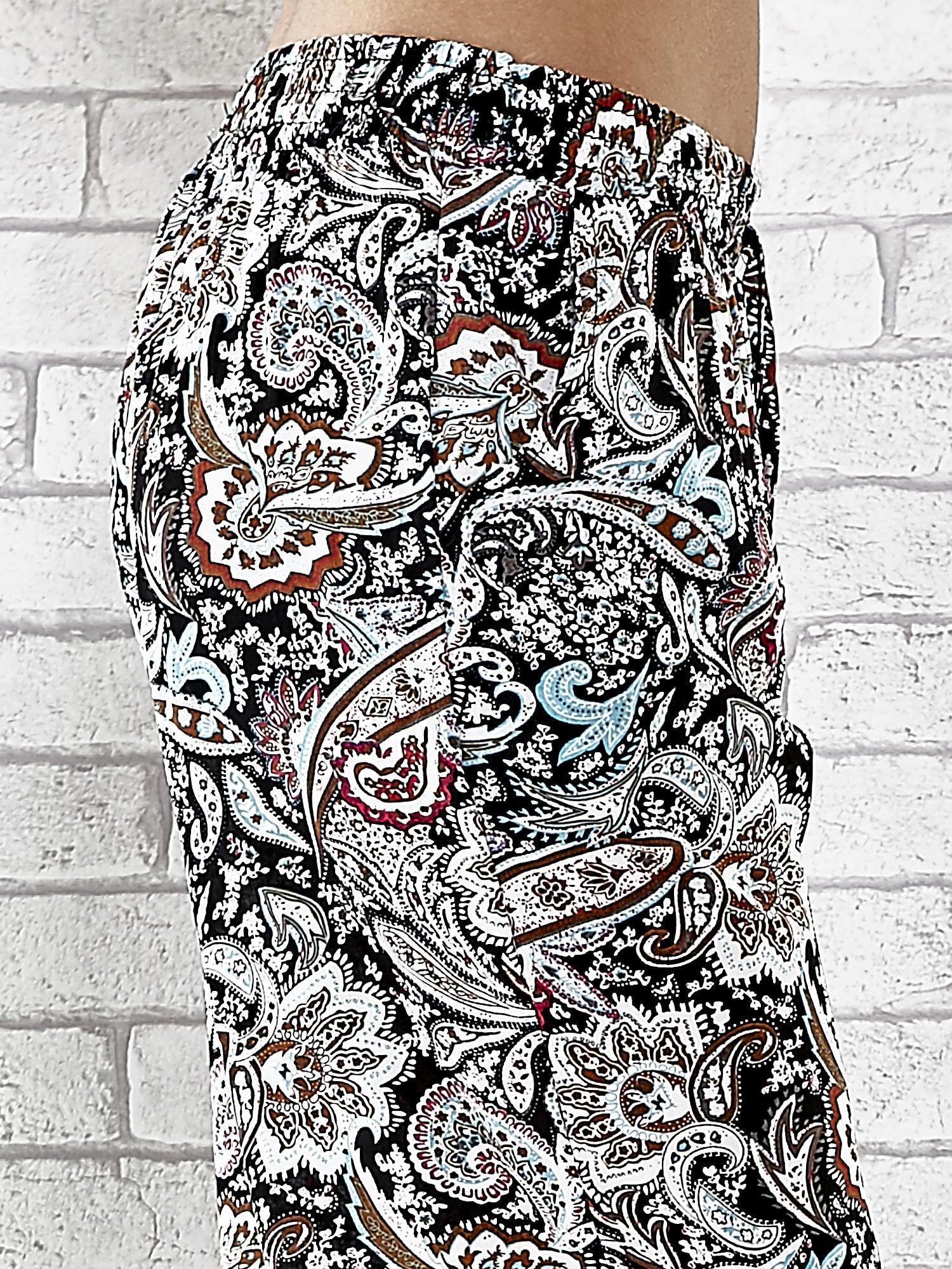 Czarne zwiewne spodnie alladynki we wzór kwiatowy                                  zdj.                                  6