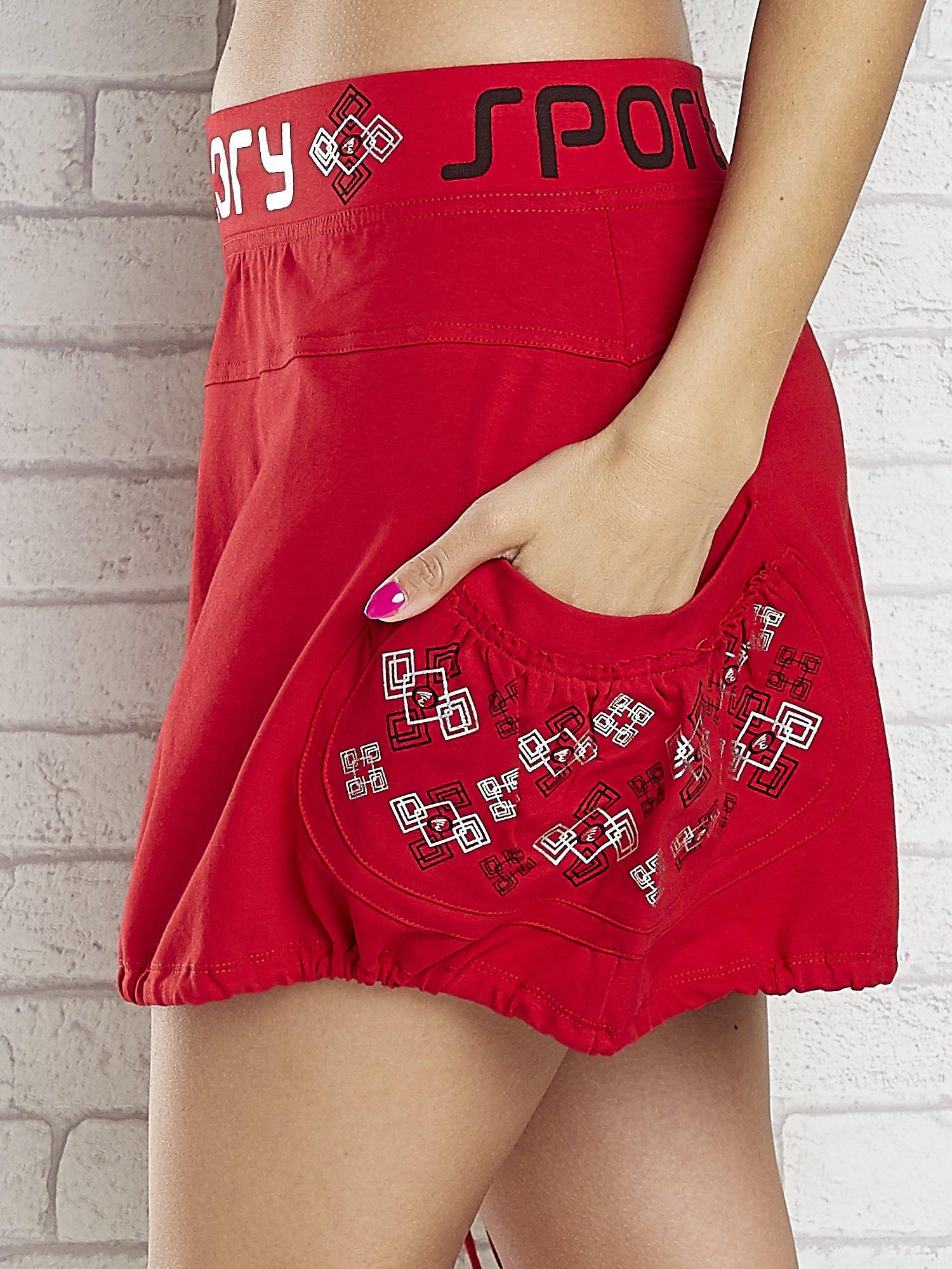 Czarno-czerwona spódnica dresowa z nadrukami i troczkiem na dole                                  zdj.                                  7