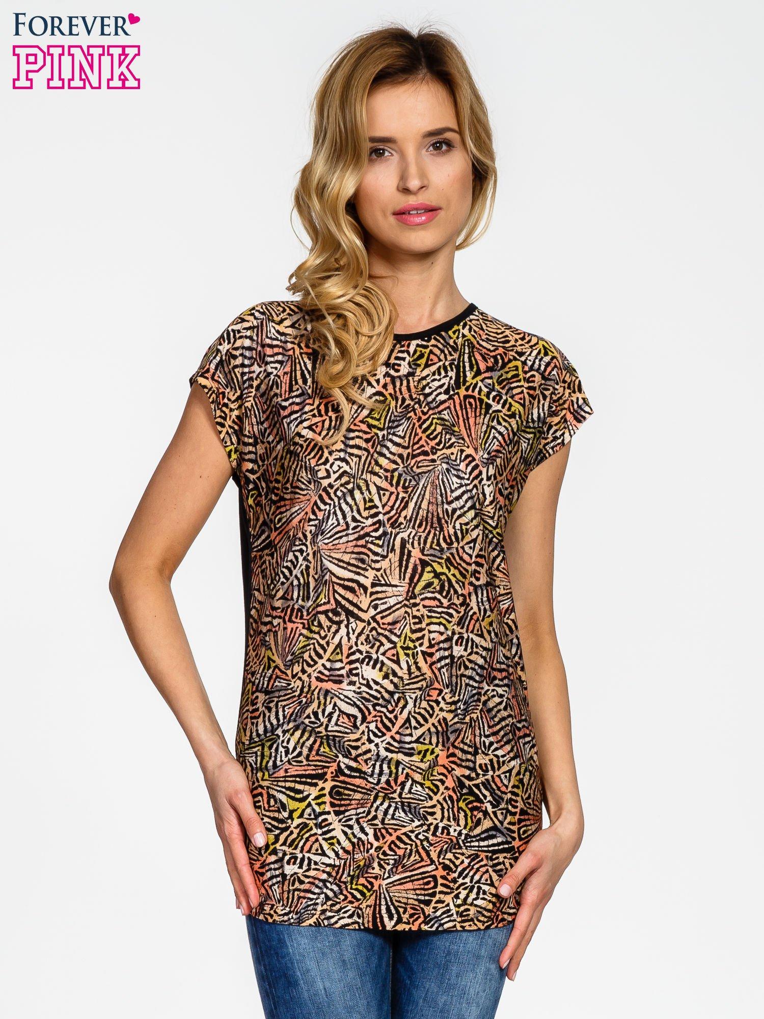 Czarno-koralowy t-shirt w graficzne wzory                                  zdj.                                  1