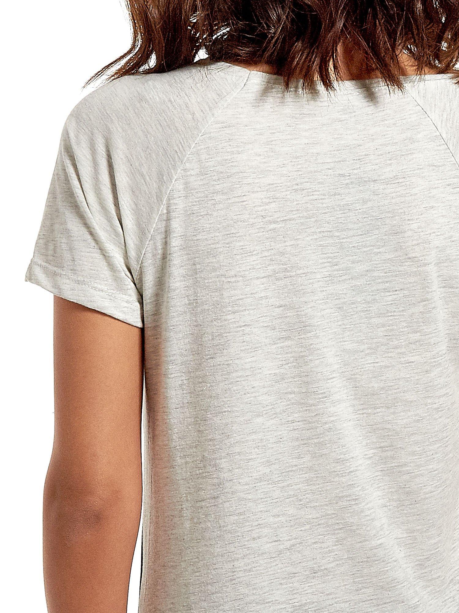 Czarnt t-shirt z kwiatowym nadrukiem i napisem UNREAL                                  zdj.                                  6
