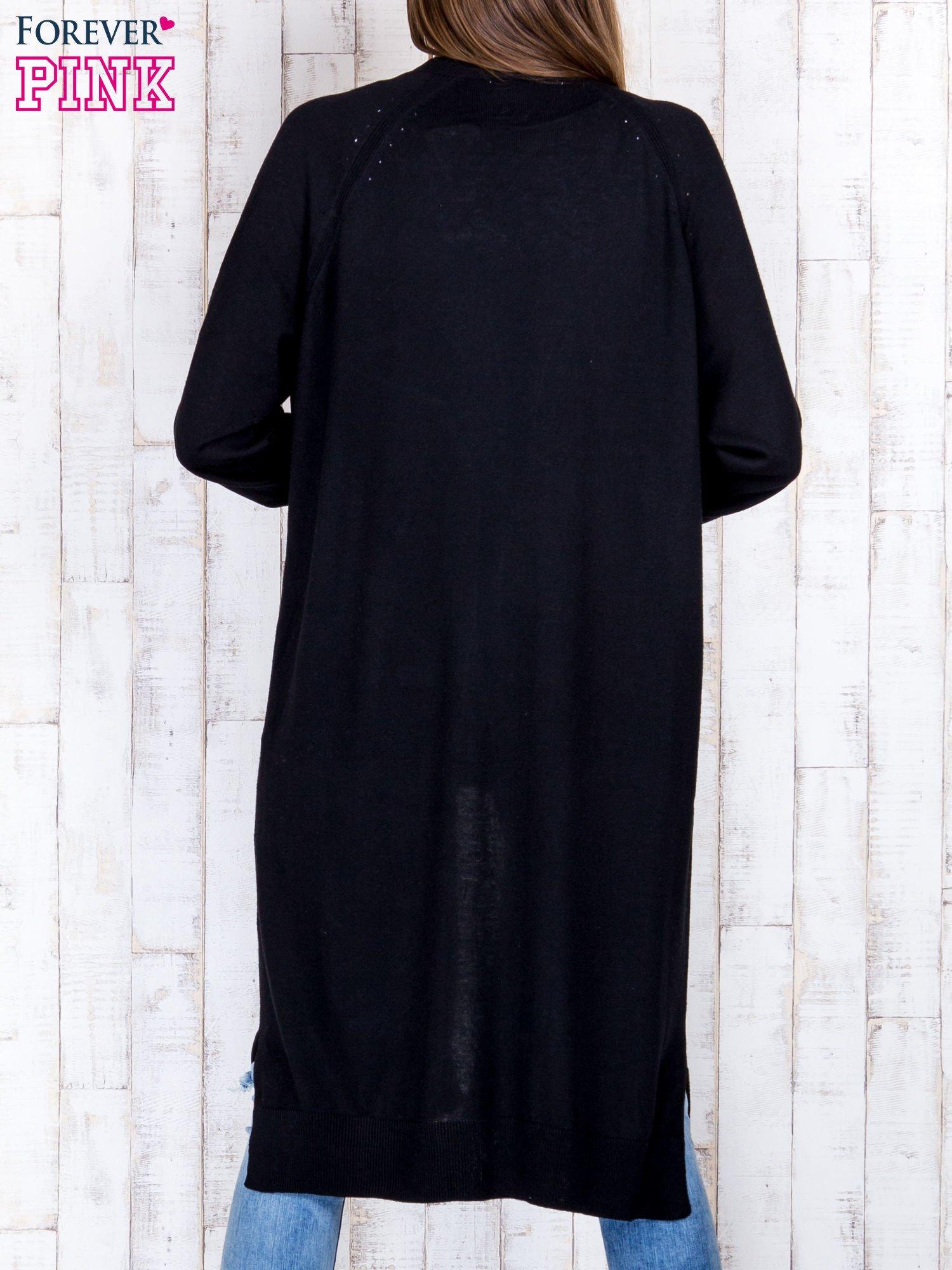 Czarny długi sweter z ażurowym zdobieniem szwów                                  zdj.                                  2