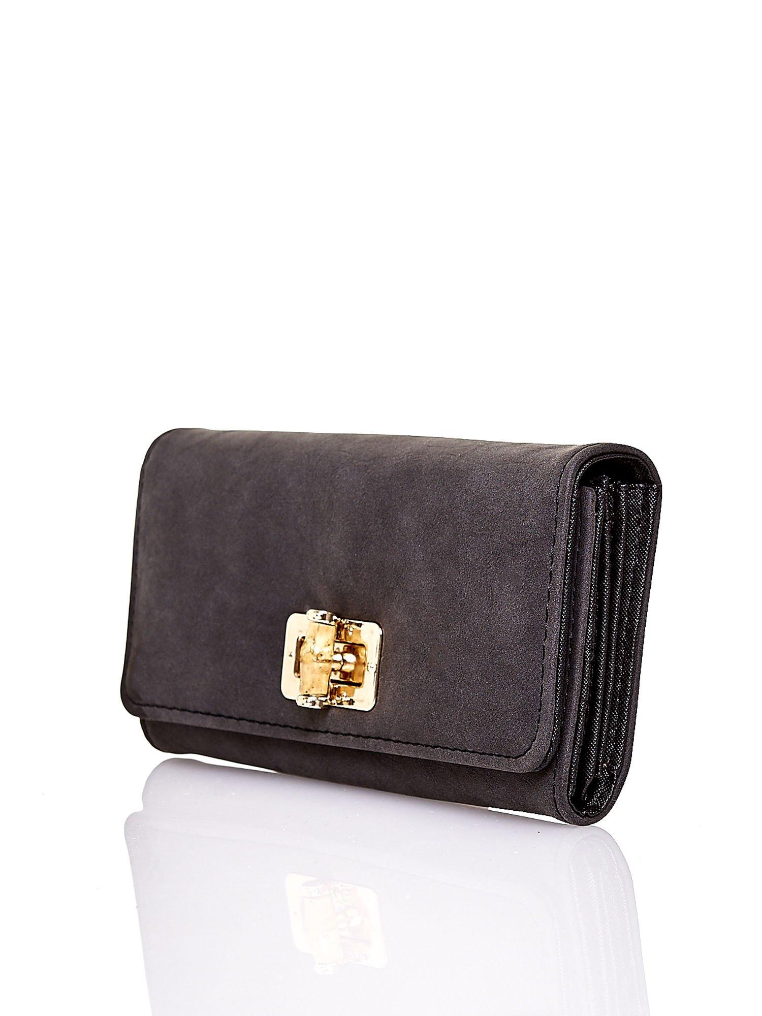Czarny fakturowany portfel ze stylizowanym zapięciem                                   zdj.                                  3