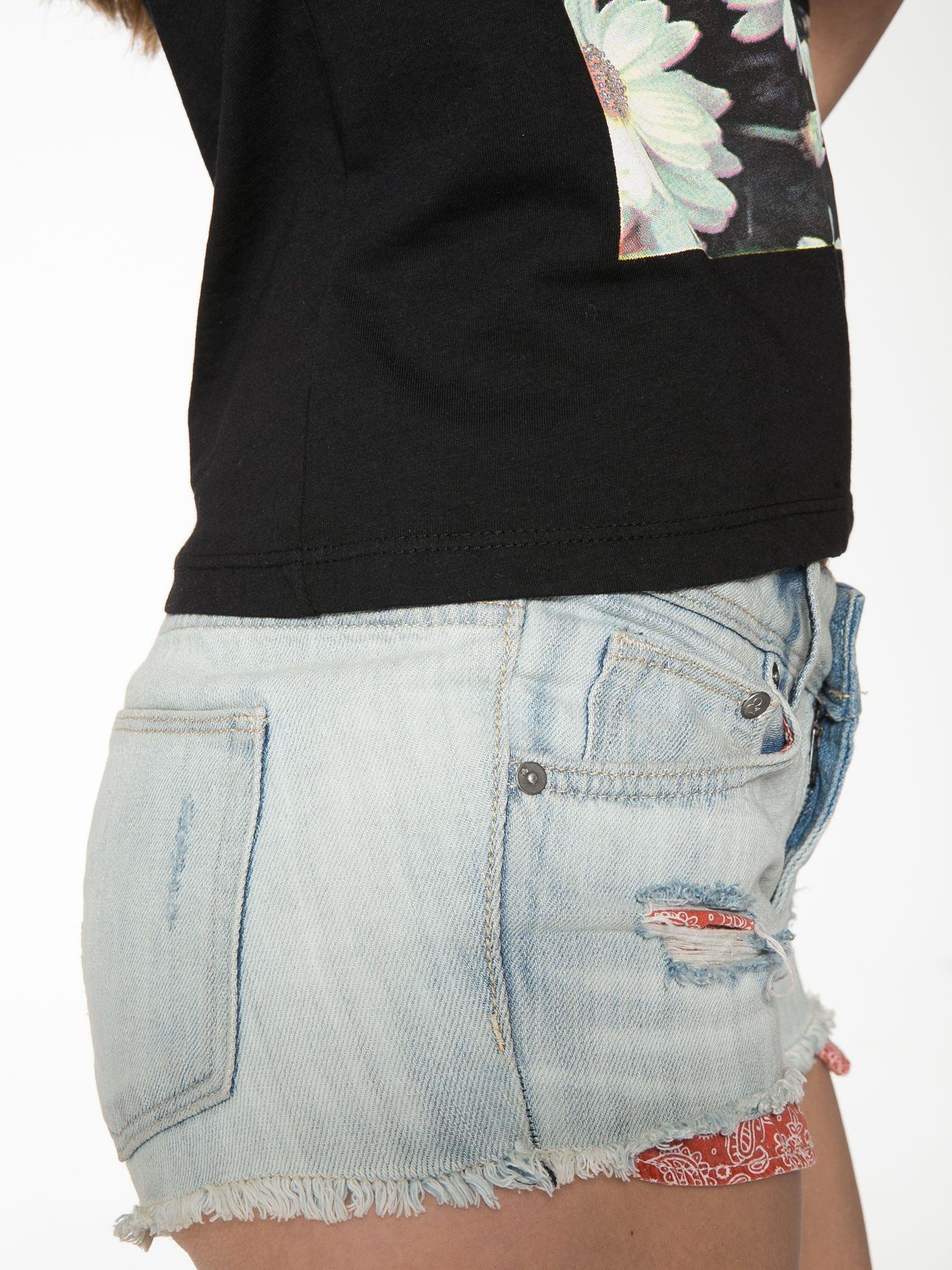 Czarny krótki t-shirt z nadrukiem stokrotek i napisem                                  zdj.                                  9