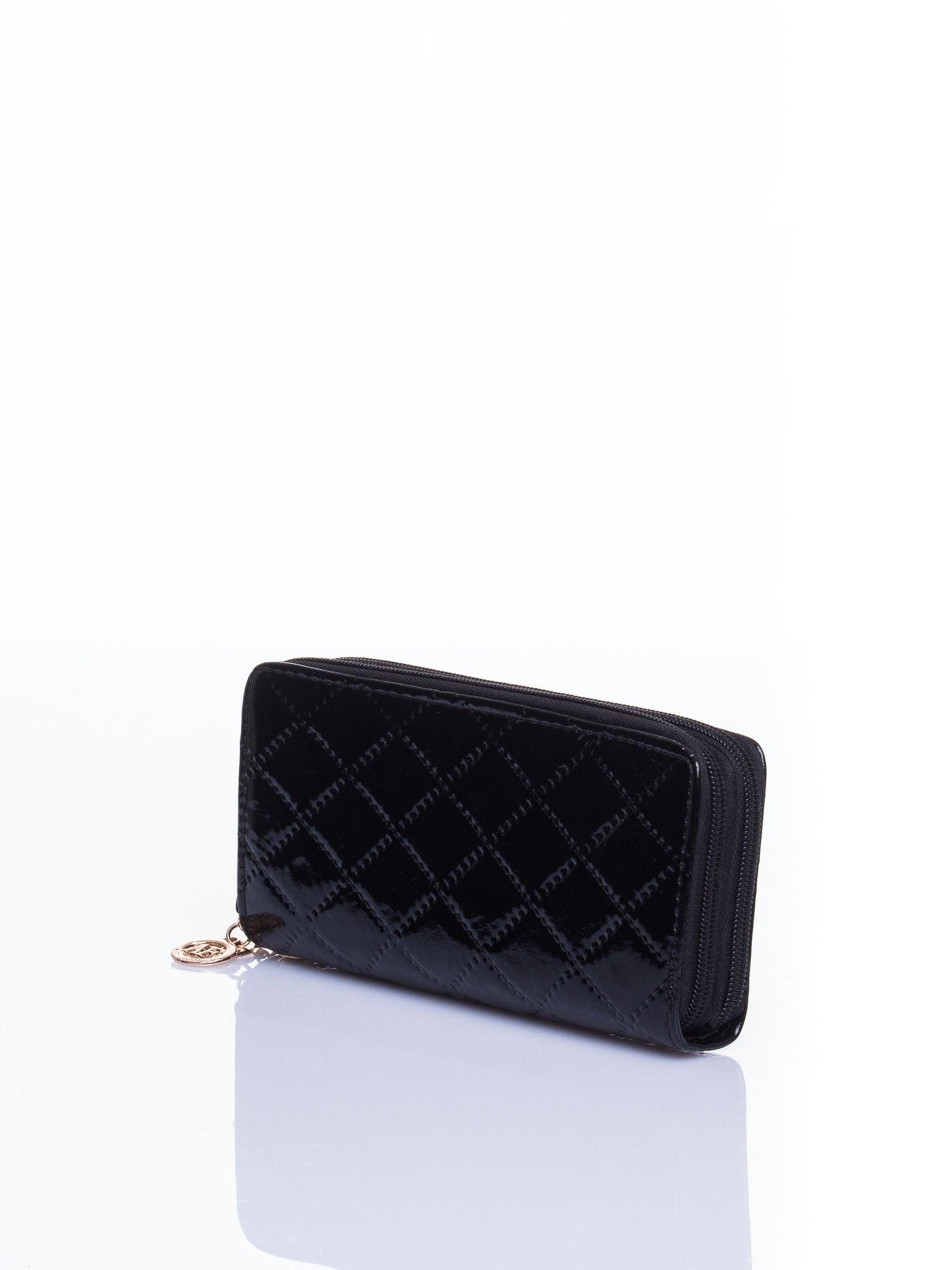 Czarny lakierowany pikowany portfel                                  zdj.                                  2