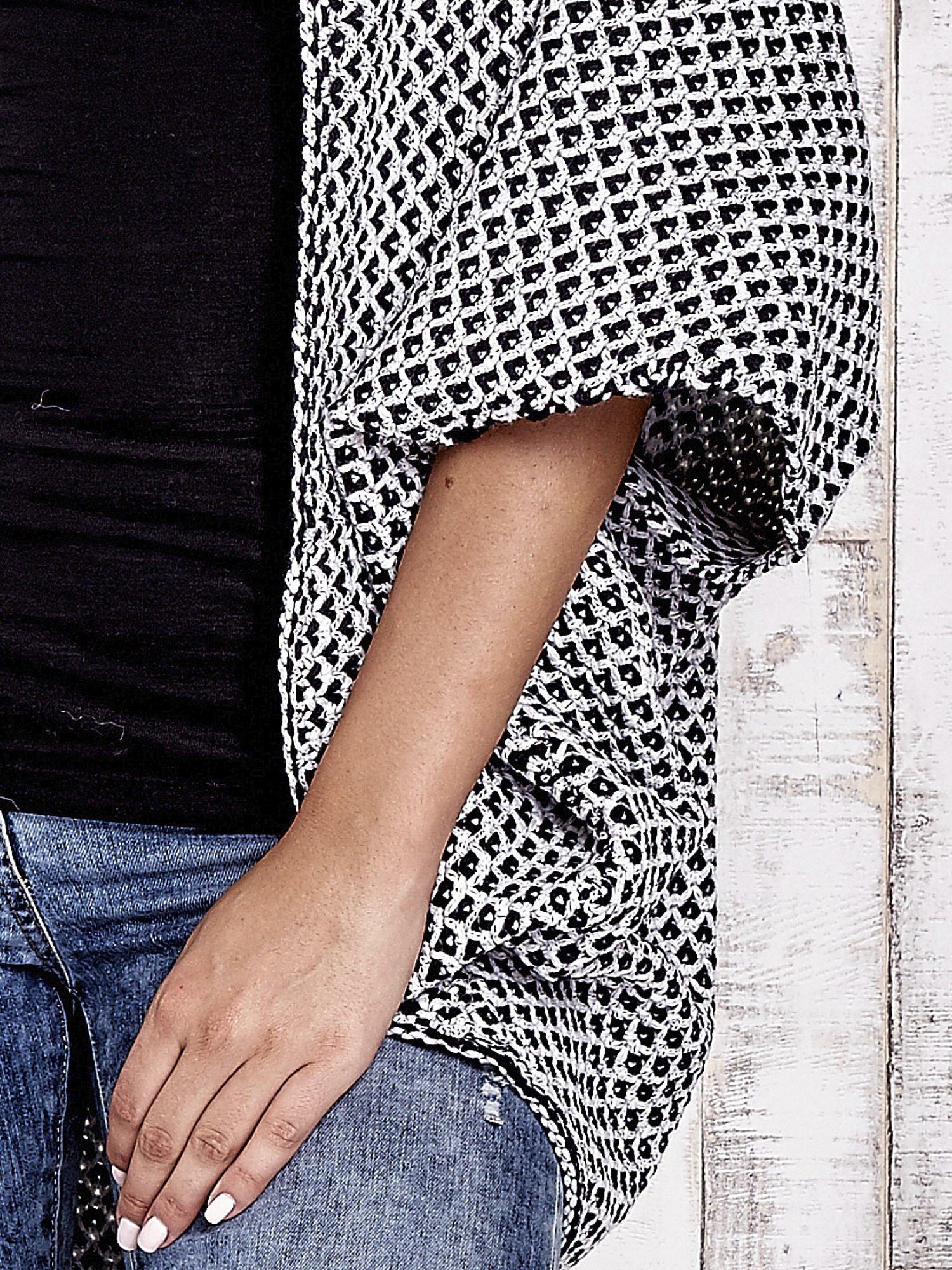 Czarny melanżowy sweter z biżuteryjną aplikacją                                  zdj.                                  7