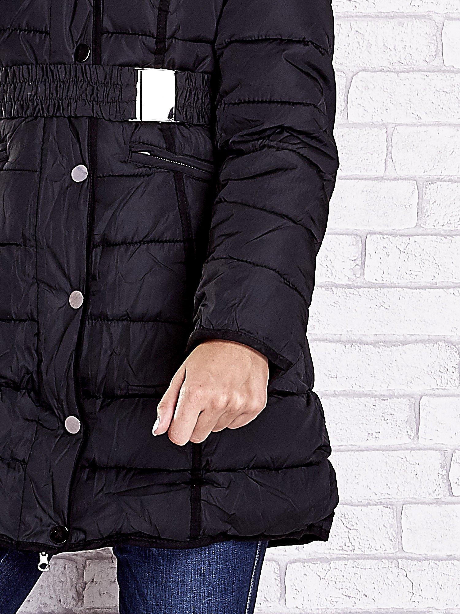 Czarny pikowany płaszcz z paskiem                                  zdj.                                  8
