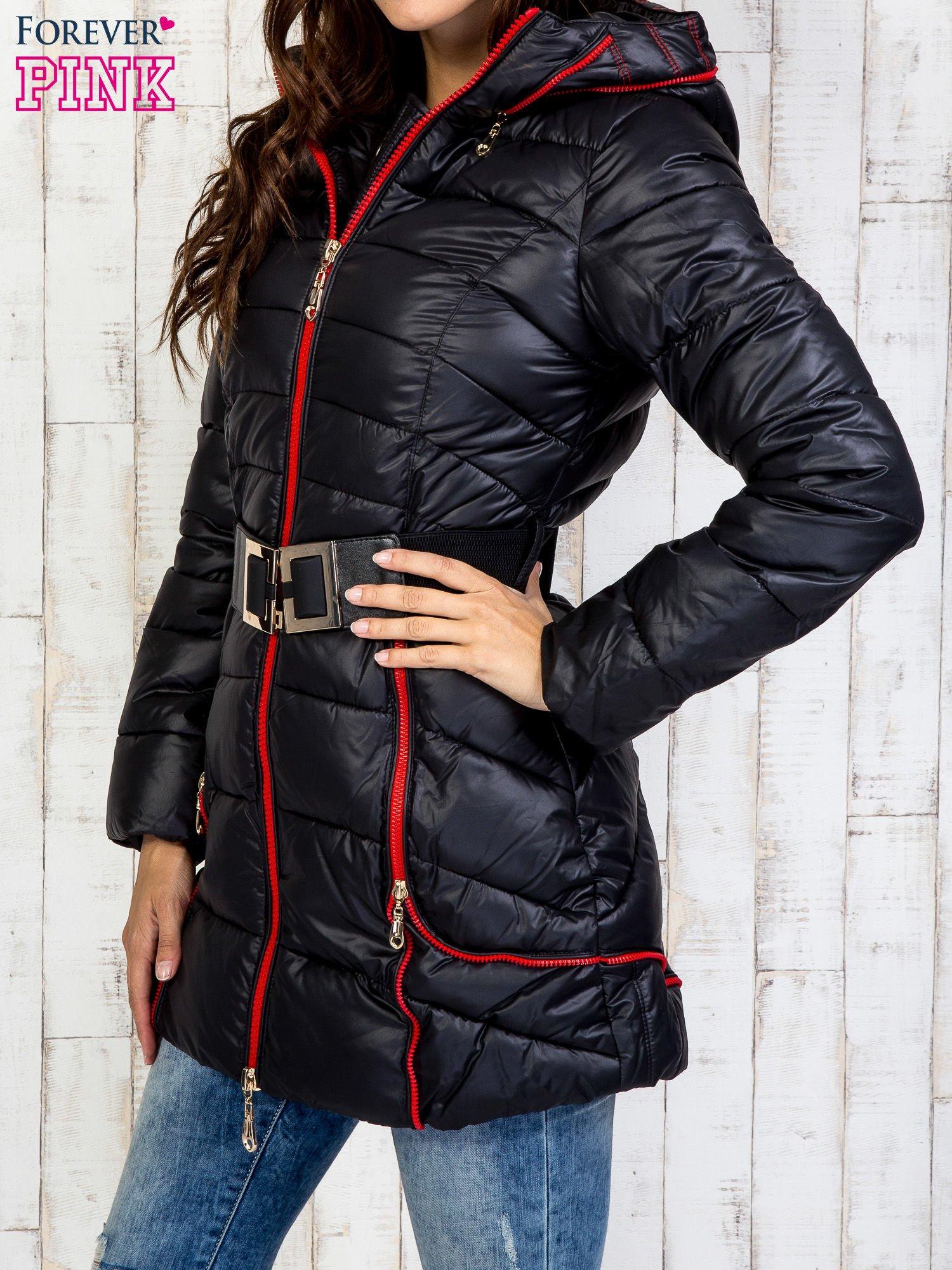 Czarny płaszcz z paskiem i kolorowymi suwakami                                  zdj.                                  3