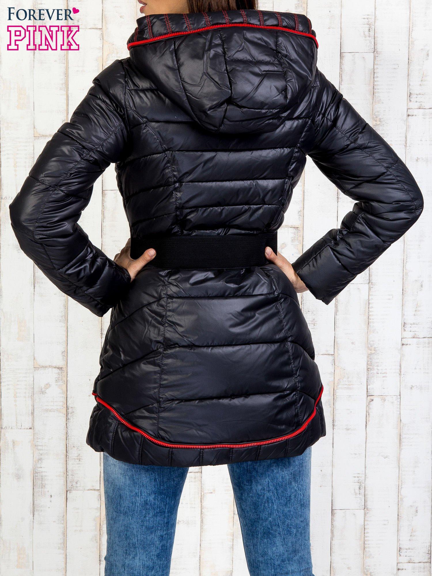 Czarny płaszcz z paskiem i kolorowymi suwakami                                  zdj.                                  2