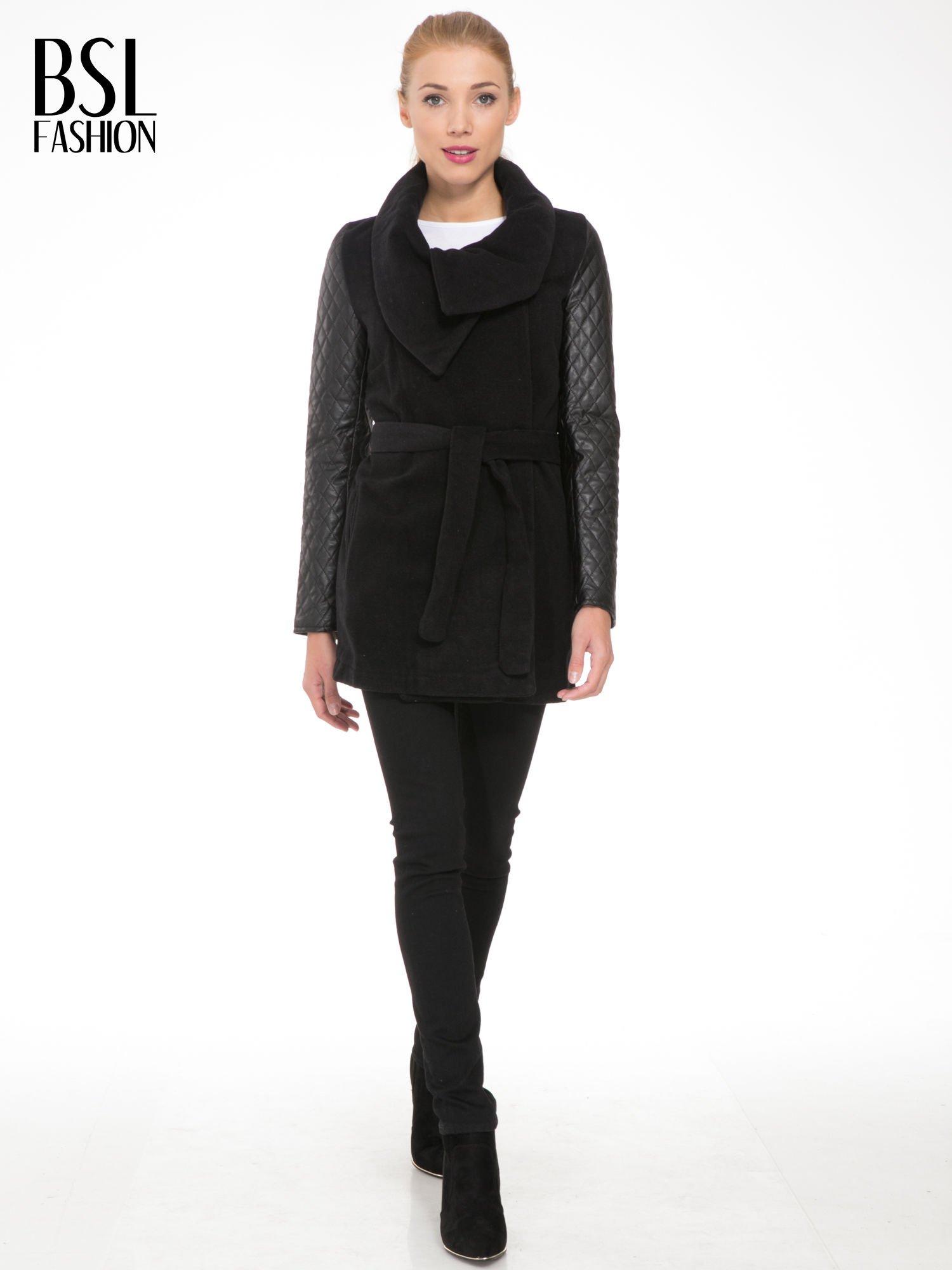 Czarny płaszcz ze skórzanymi pikowanymi rękawami                                  zdj.                                  2
