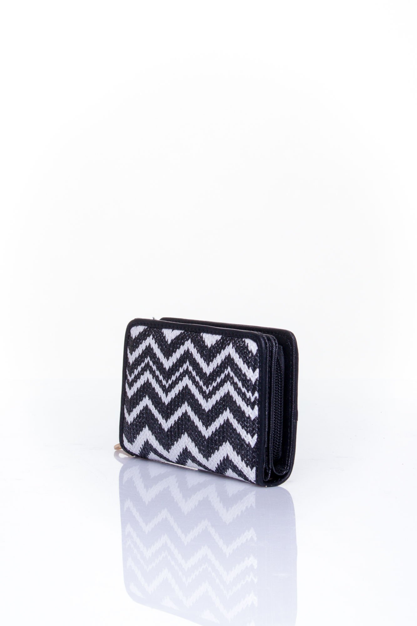 Czarny portfel z motywem geometrycznej plecionki                                  zdj.                                  2