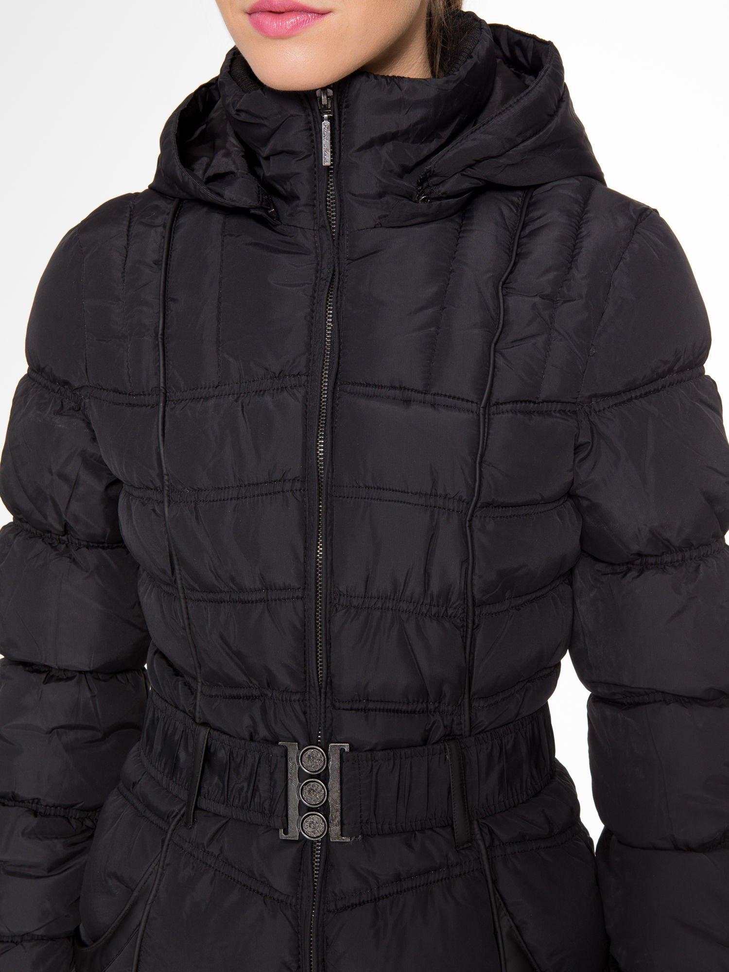 Czarny puchowy płaszcz zapinany na pasek z klamrą                                  zdj.                                  6