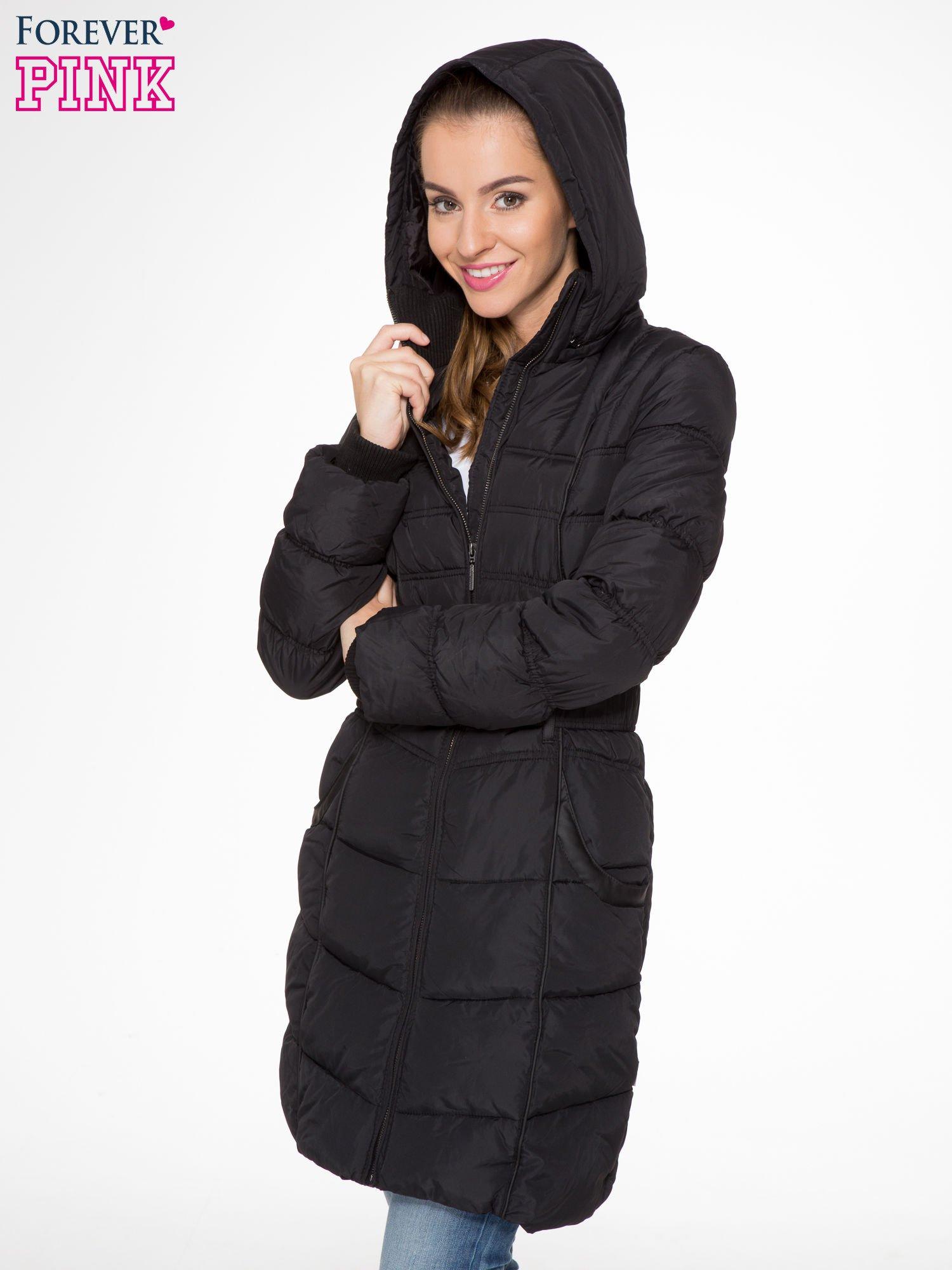 Czarny puchowy płaszcz zapinany na pasek z klamrą                                  zdj.                                  5