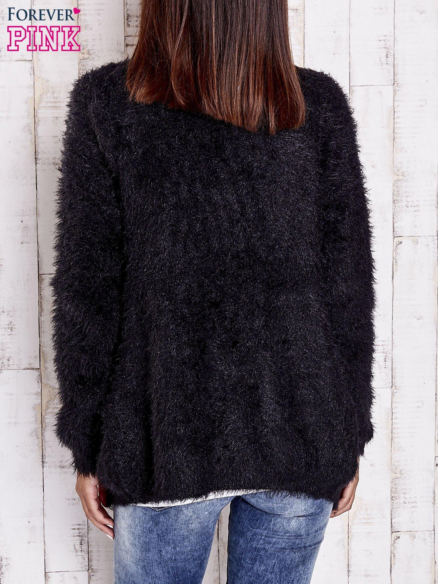 Czarny puszysty sweter z bocznymi kieszeniami                                  zdj.                                  2