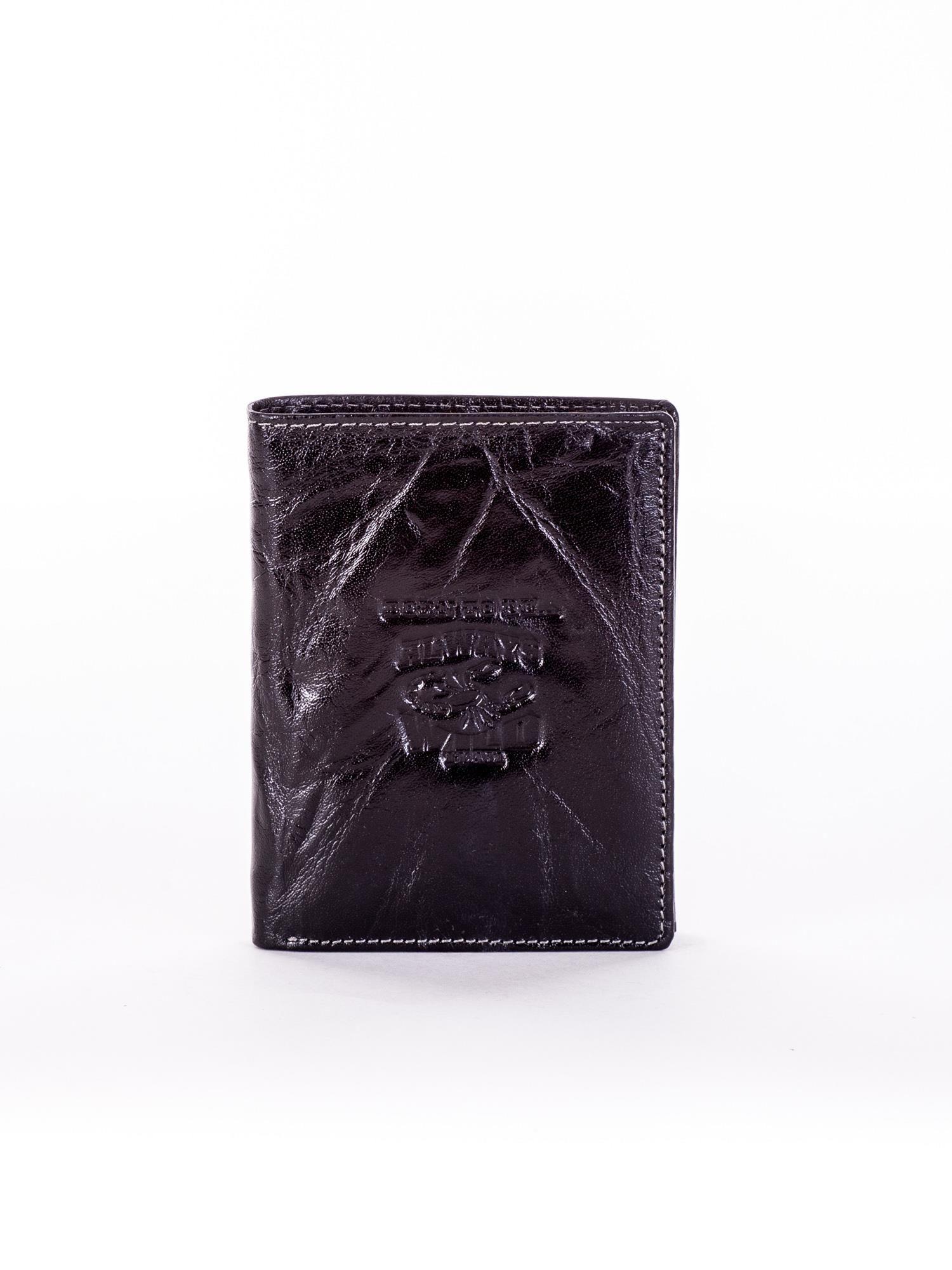 5e6279c810f71 Czarny skórzany portfel męski z tłoczonym emblematem - Mężczyźni ...