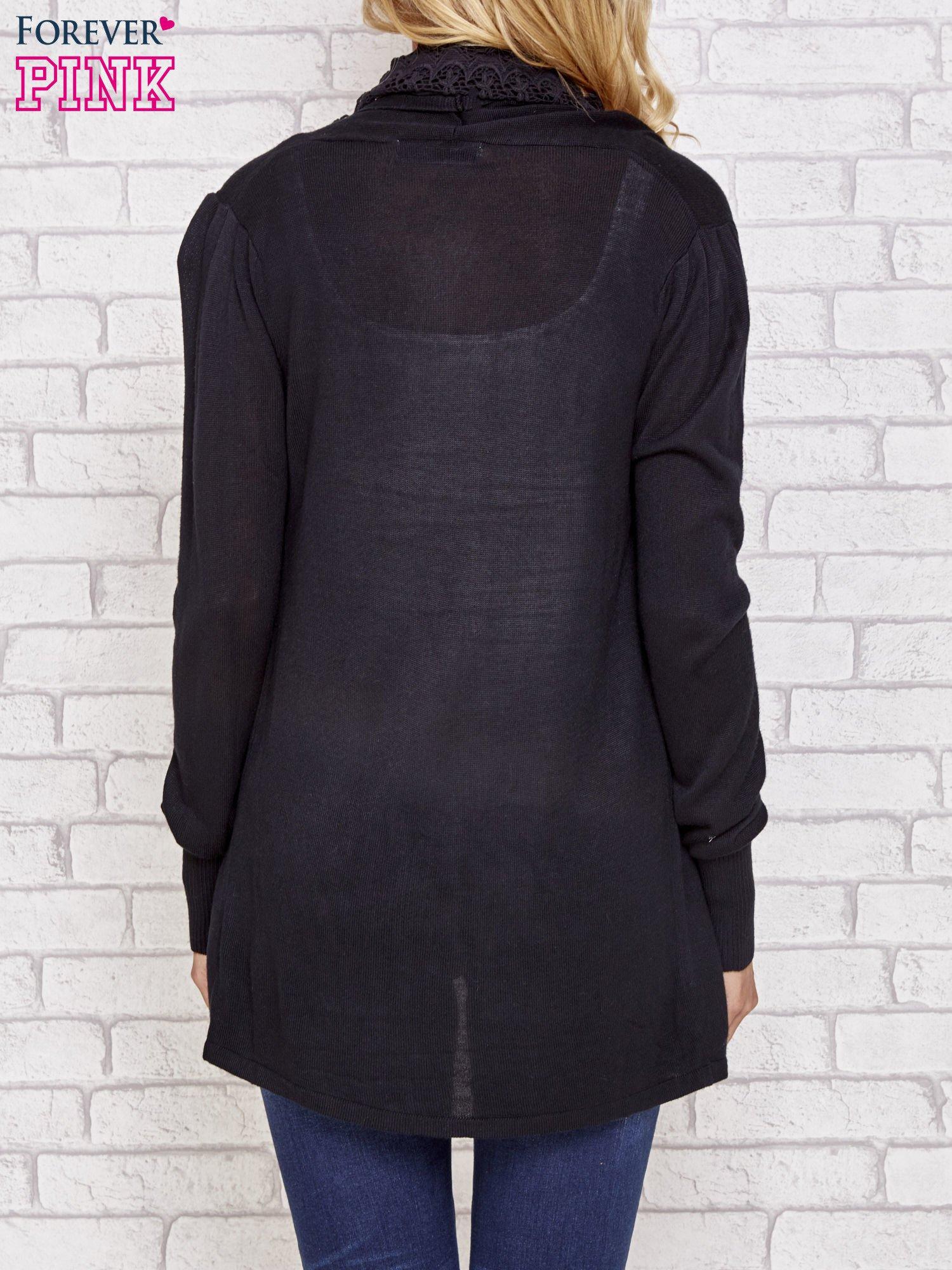 Czarny sweter kardigan z ażurowym przodem                                  zdj.                                  5