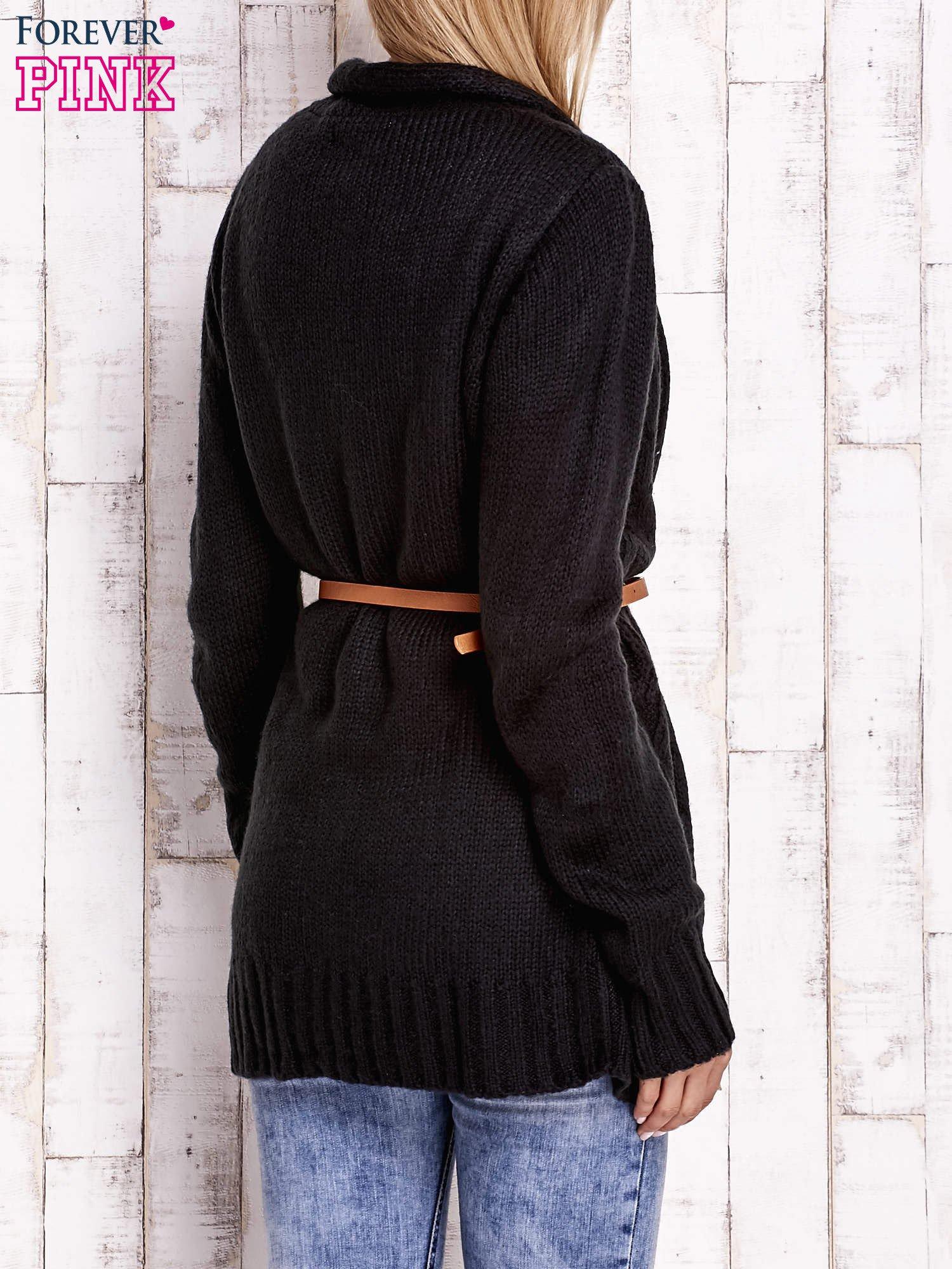 Czarny sweter o warkoczowym splocie z paskiem                                  zdj.                                  4
